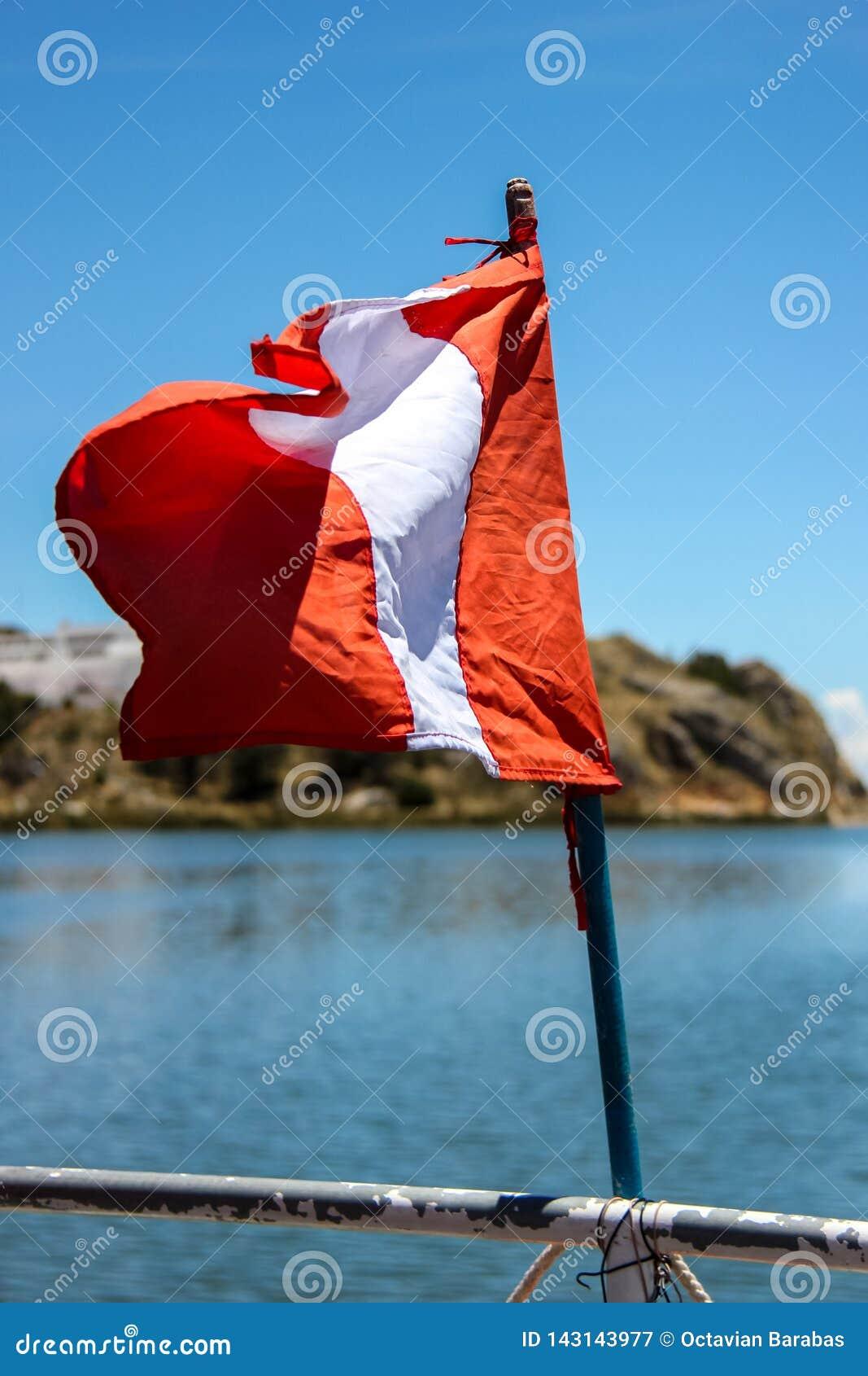 Bandeira do Peru no barco no lago Titicaca