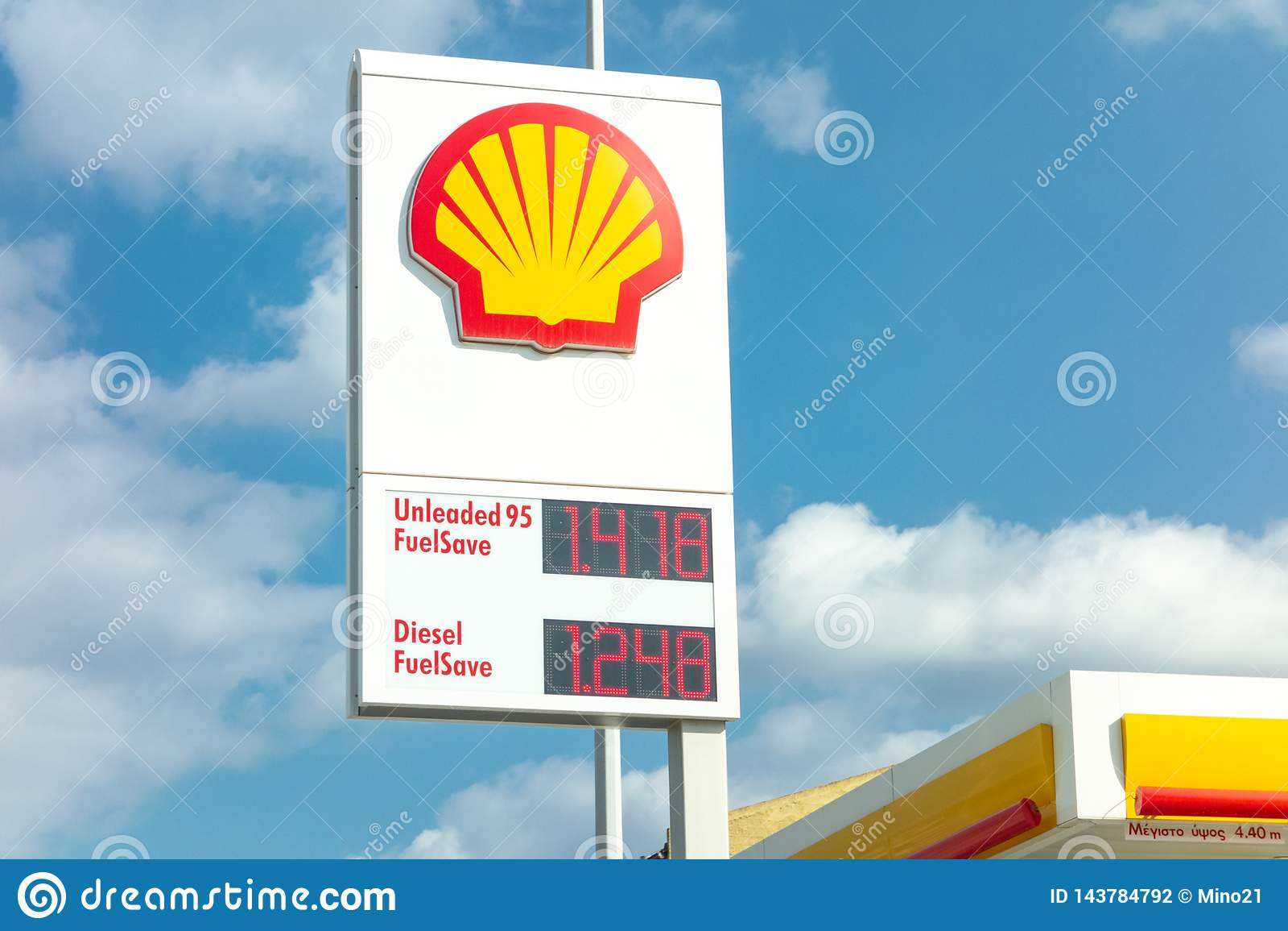 Bandeira do posto de gasolina de Shell com os andfuels de um logotipo da empresa fornecidos com seus preços