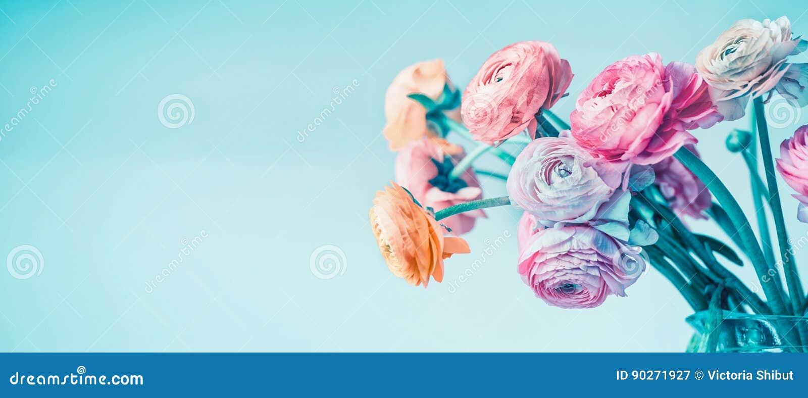 Bandeira floral de turquesa com as flores bonitas que florescem na luz - fundo azul, floral