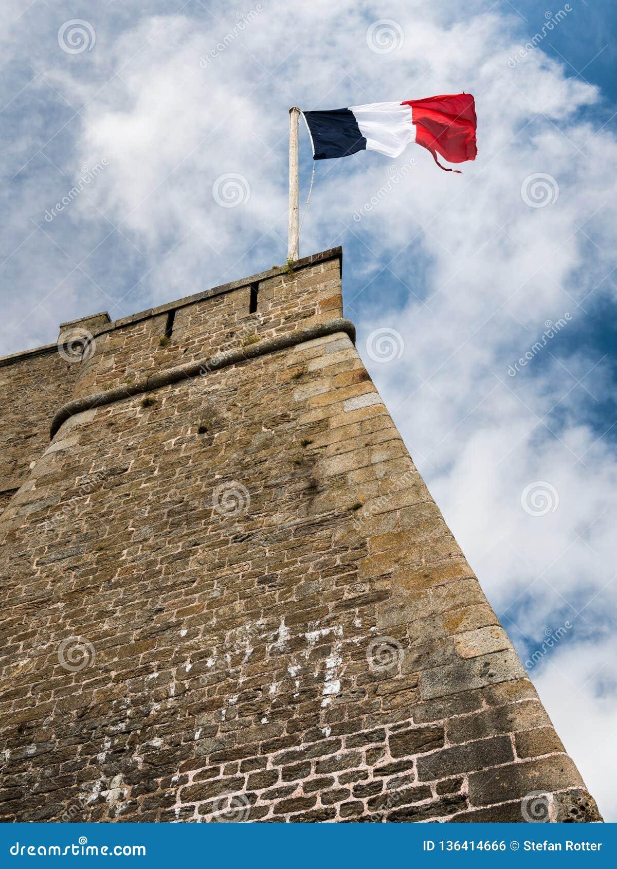 Bandeira francesa na parede de um forte velho em Saint Malo