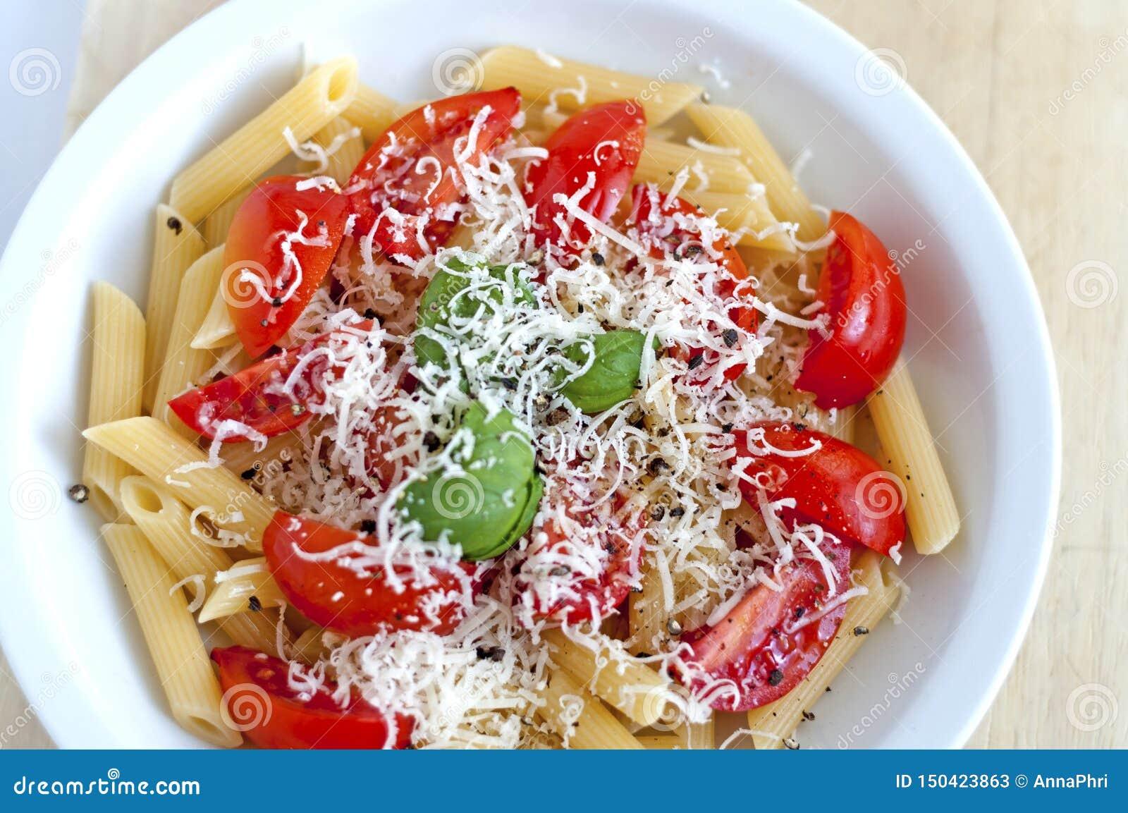 Bandeira italiana alimento-feita com manjericão verde, queijo branco e os tomates vermelhos