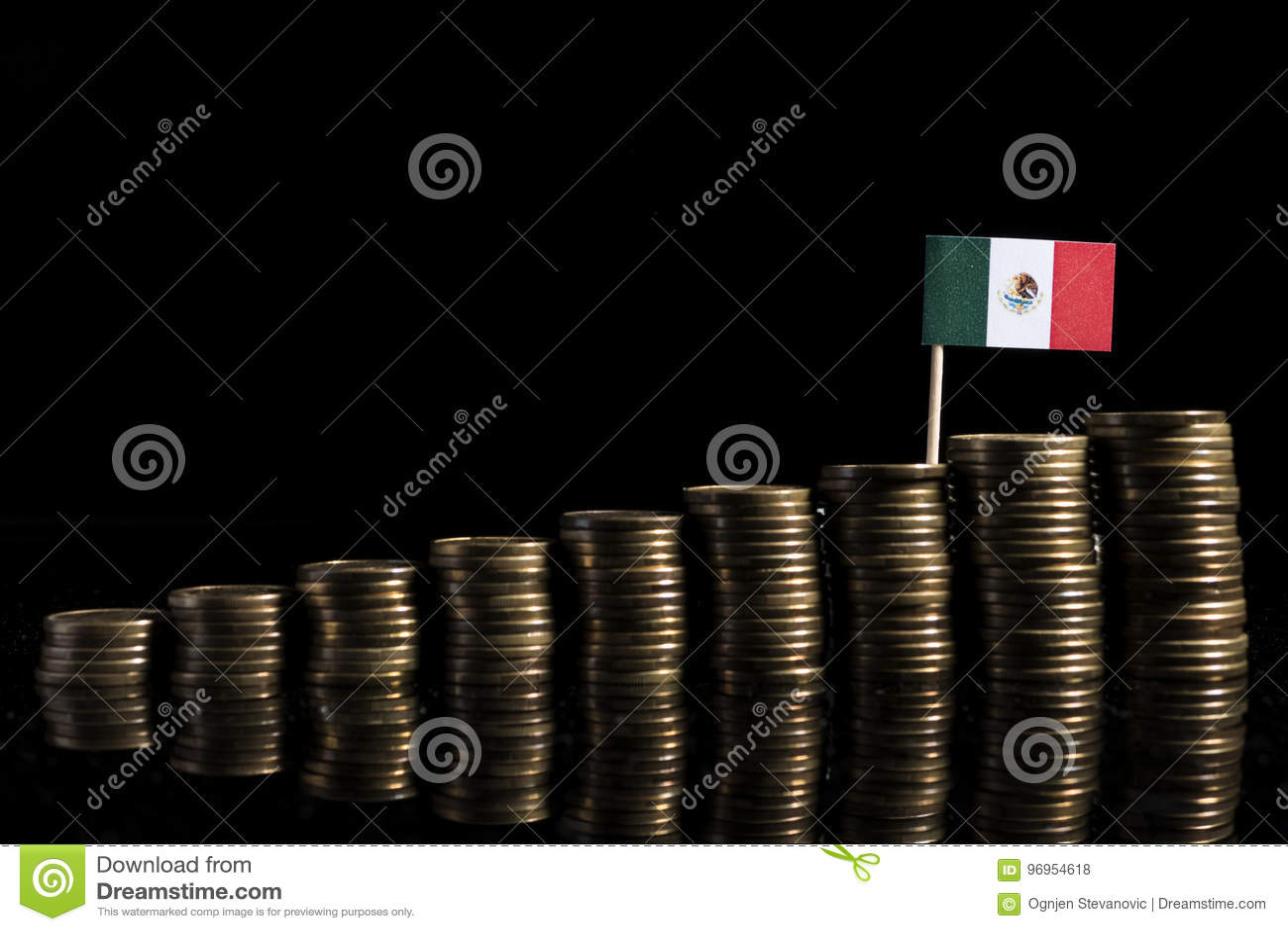 Bandeira mexicana com lote das moedas isoladas no preto