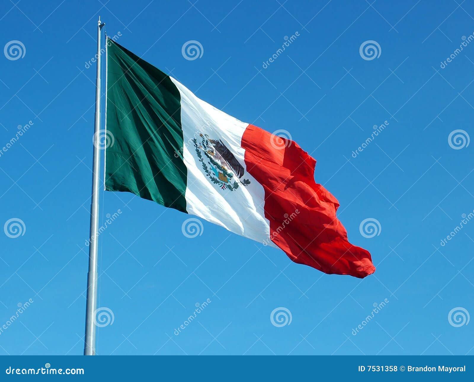 Bandeira mexicana que acena no vento