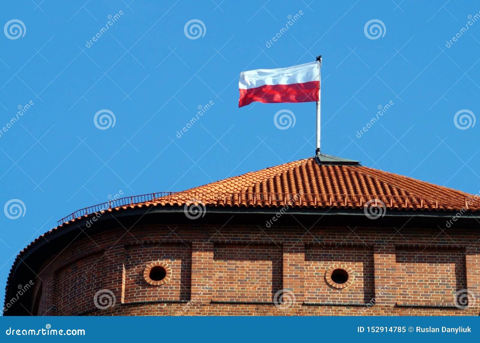 Bandeira nacional polonesa na parte superior da torre de Wawel do telhado