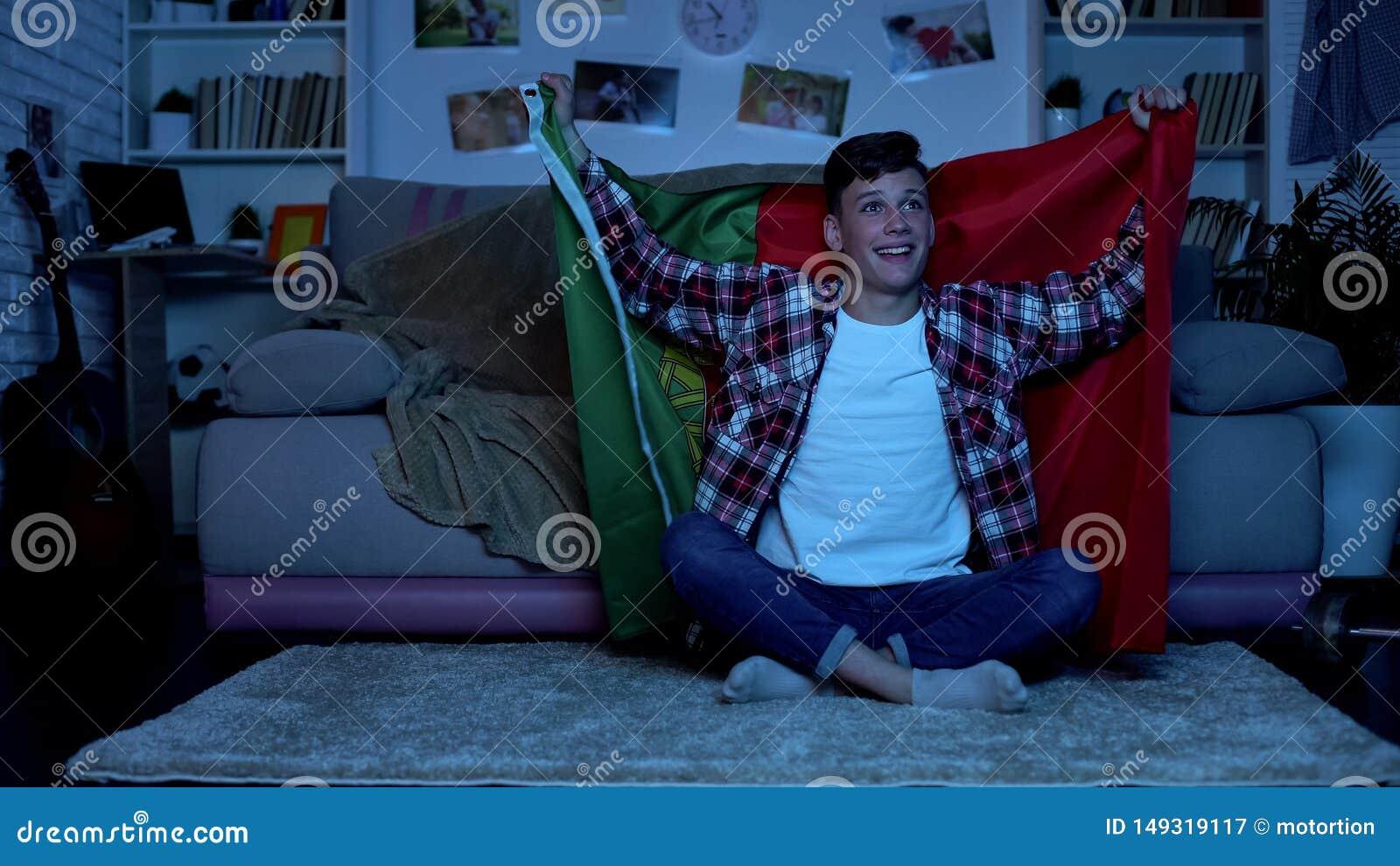 Bandeira portuguesa da terra arrendada do adolescente, equipe nacional cheering, competi??o de esportes