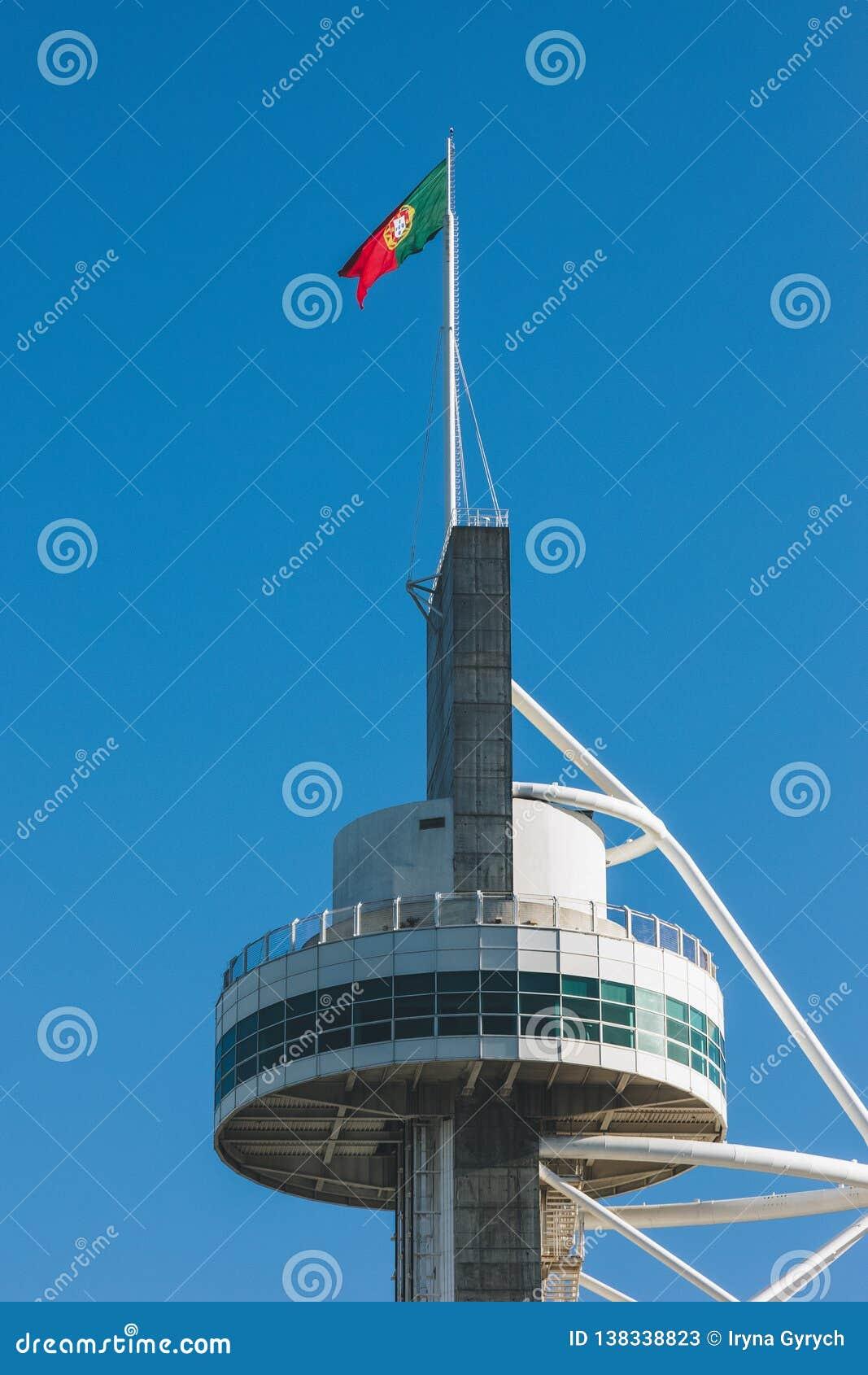 Bandeira portuguesa na parte superior da construção