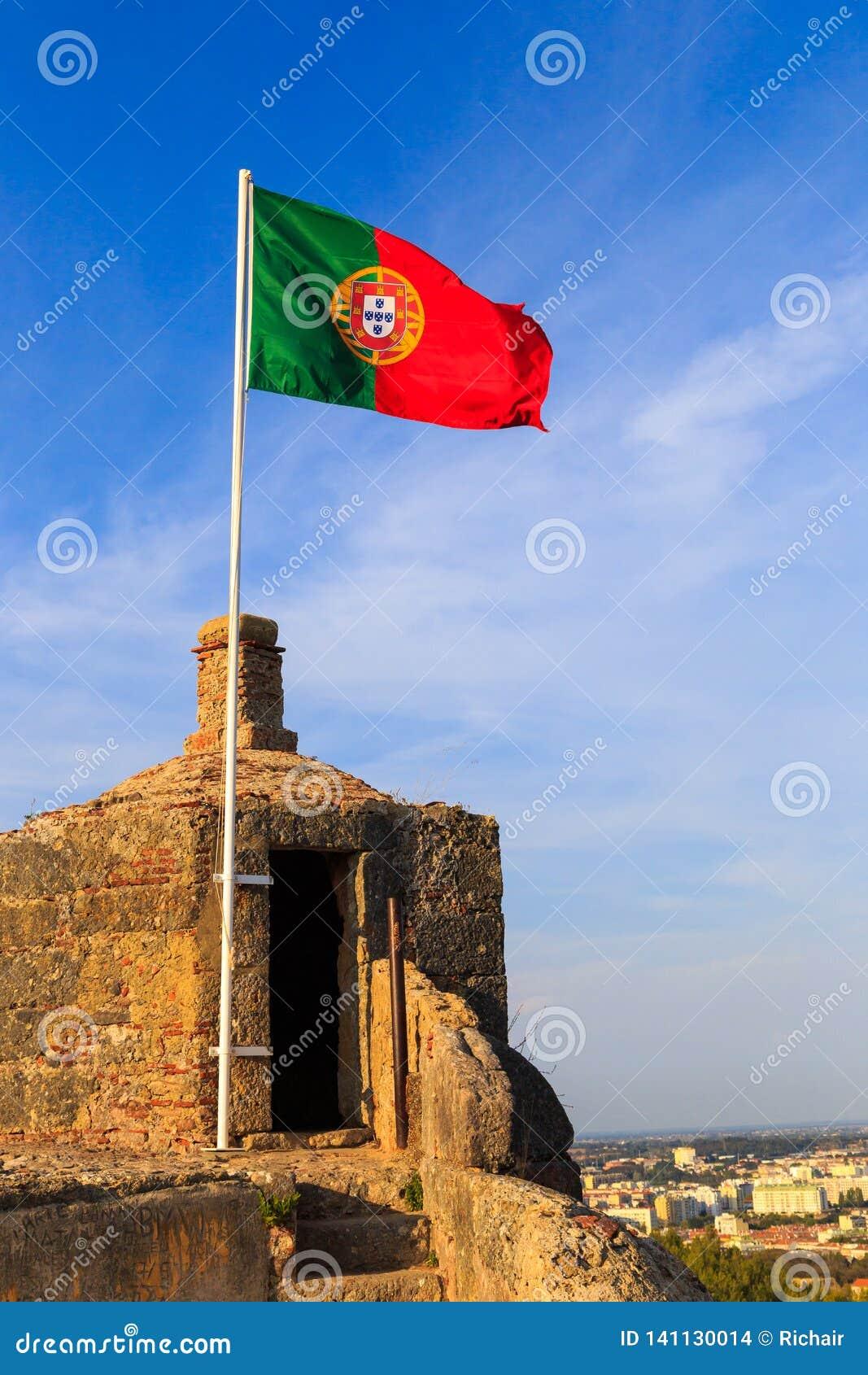 Bandeira portuguesa no forte histórico