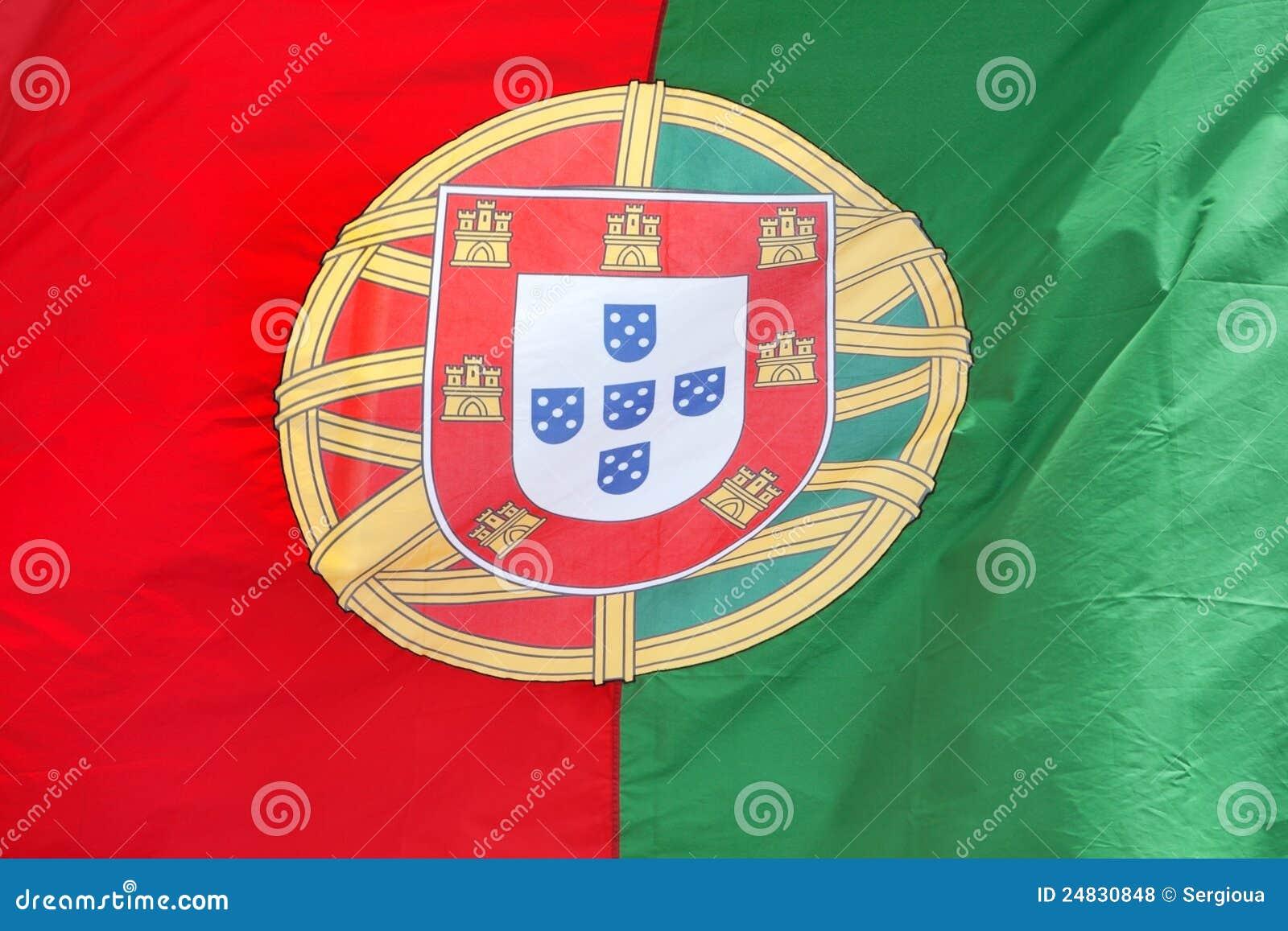 Bandeira portuguesa no vento.