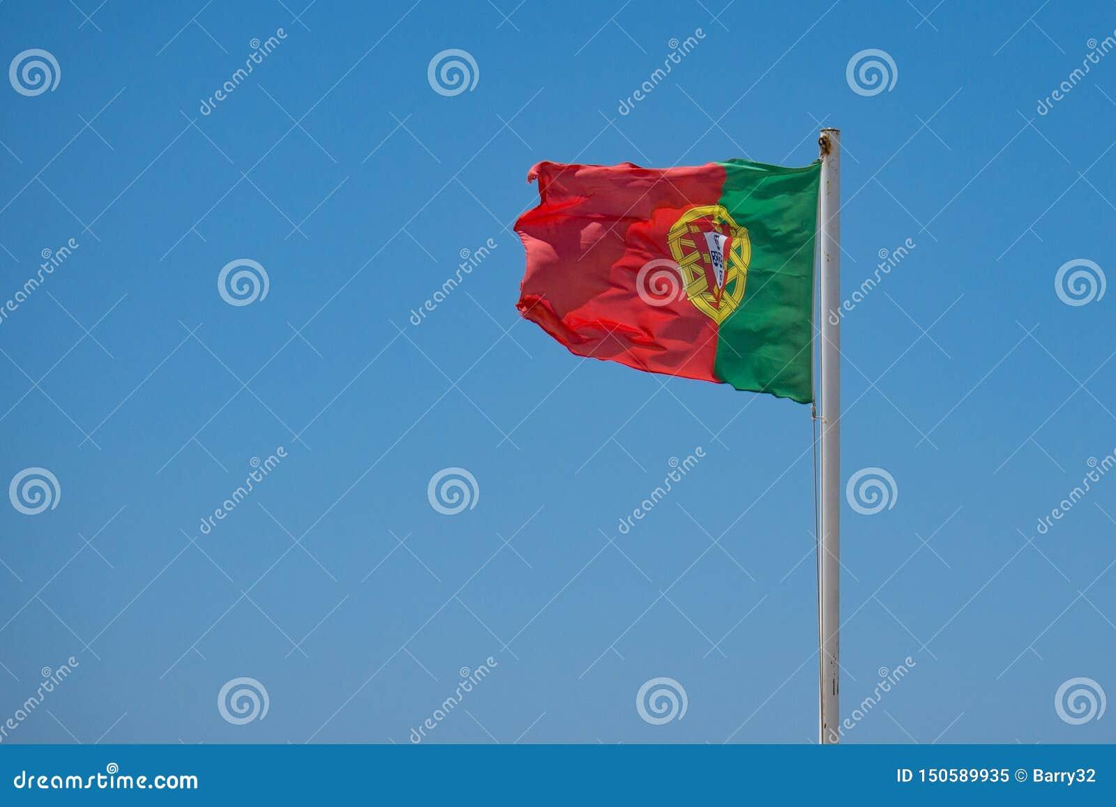 Bandeira portuguesa que acena no vento