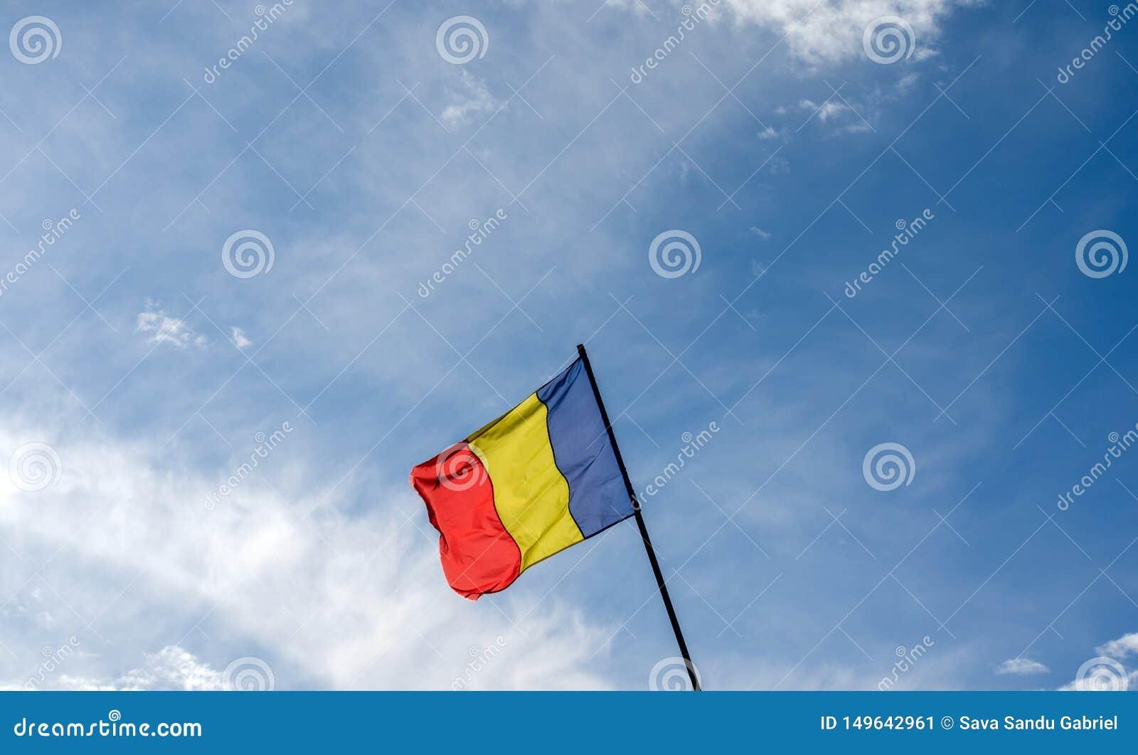 Bandeira romena que acena no vento