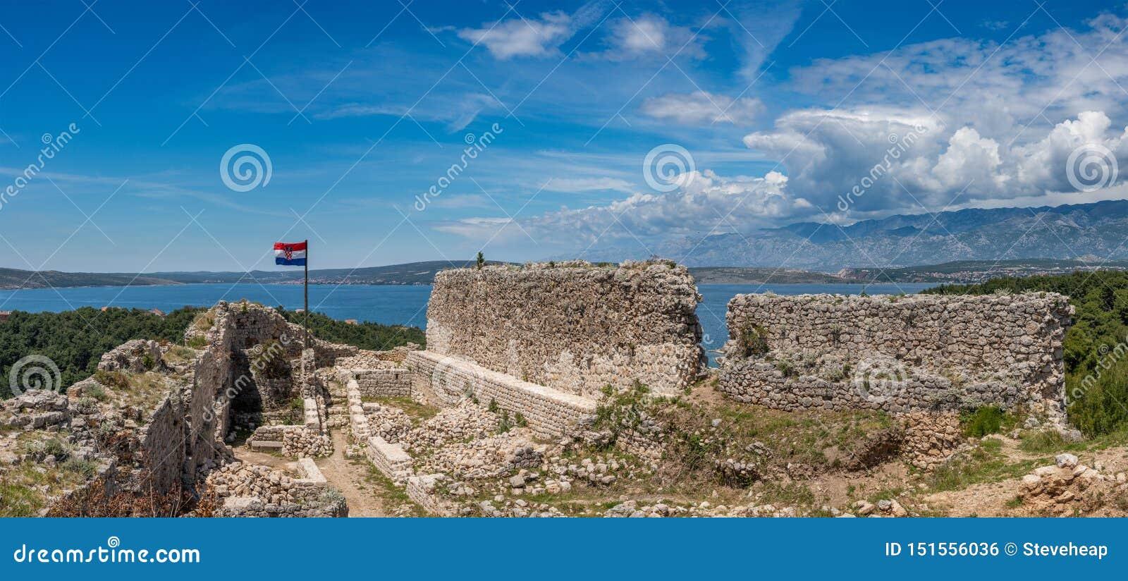 Bandeira sobre a fortaleza acima da cidade croata de Novigrad no condado de Istria
