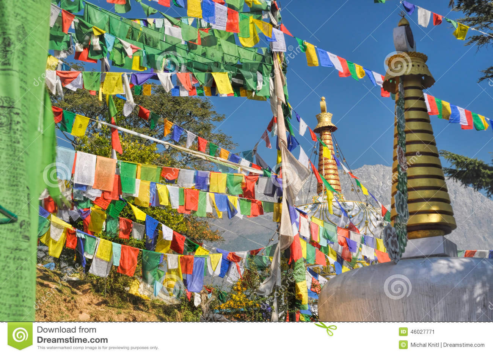 Bandeiras budistas da oração em Dharamshala, Índia