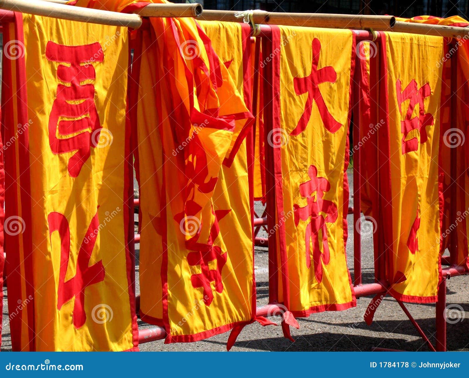 Bandeiras chinesas na cidade de Phuket.
