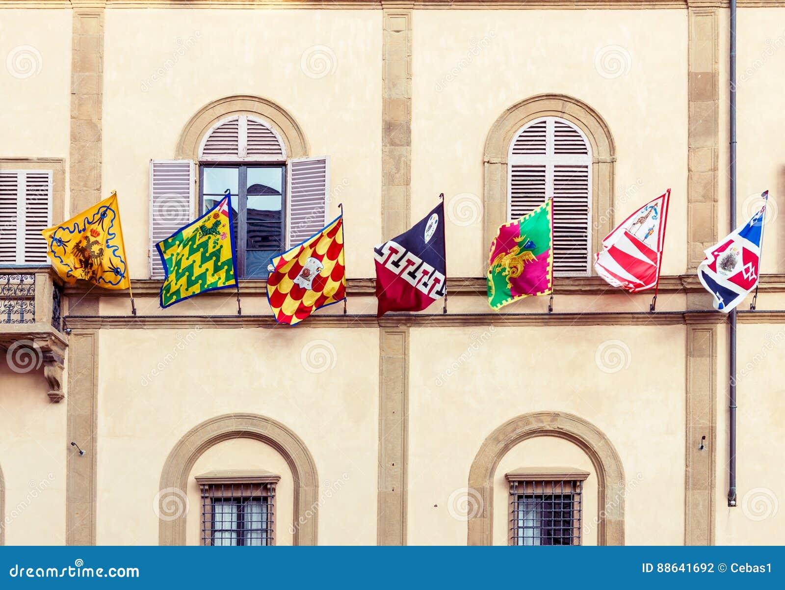 Bandeiras da cidade de Siena em Itália