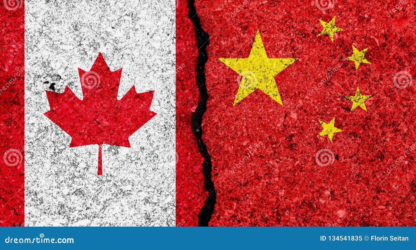 Bandeiras de China e de Canadá pintados em fundo da parede do grunge/relações de Canadá e de China e em conceito rachados do conf