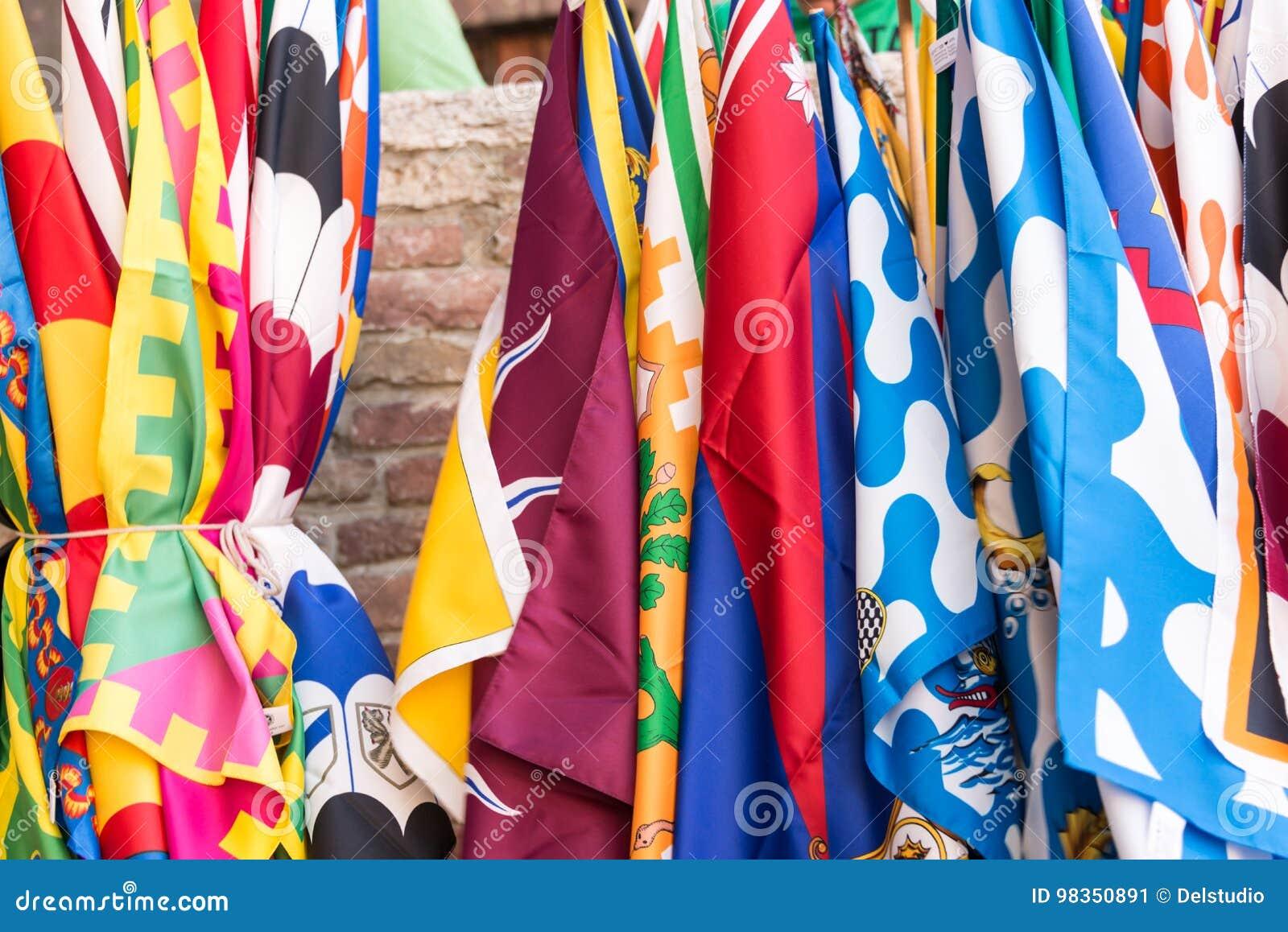 Bandeiras do fundo do festival de Palio dos distritos do contrade de Siena, em Siena, Toscânia, Itália