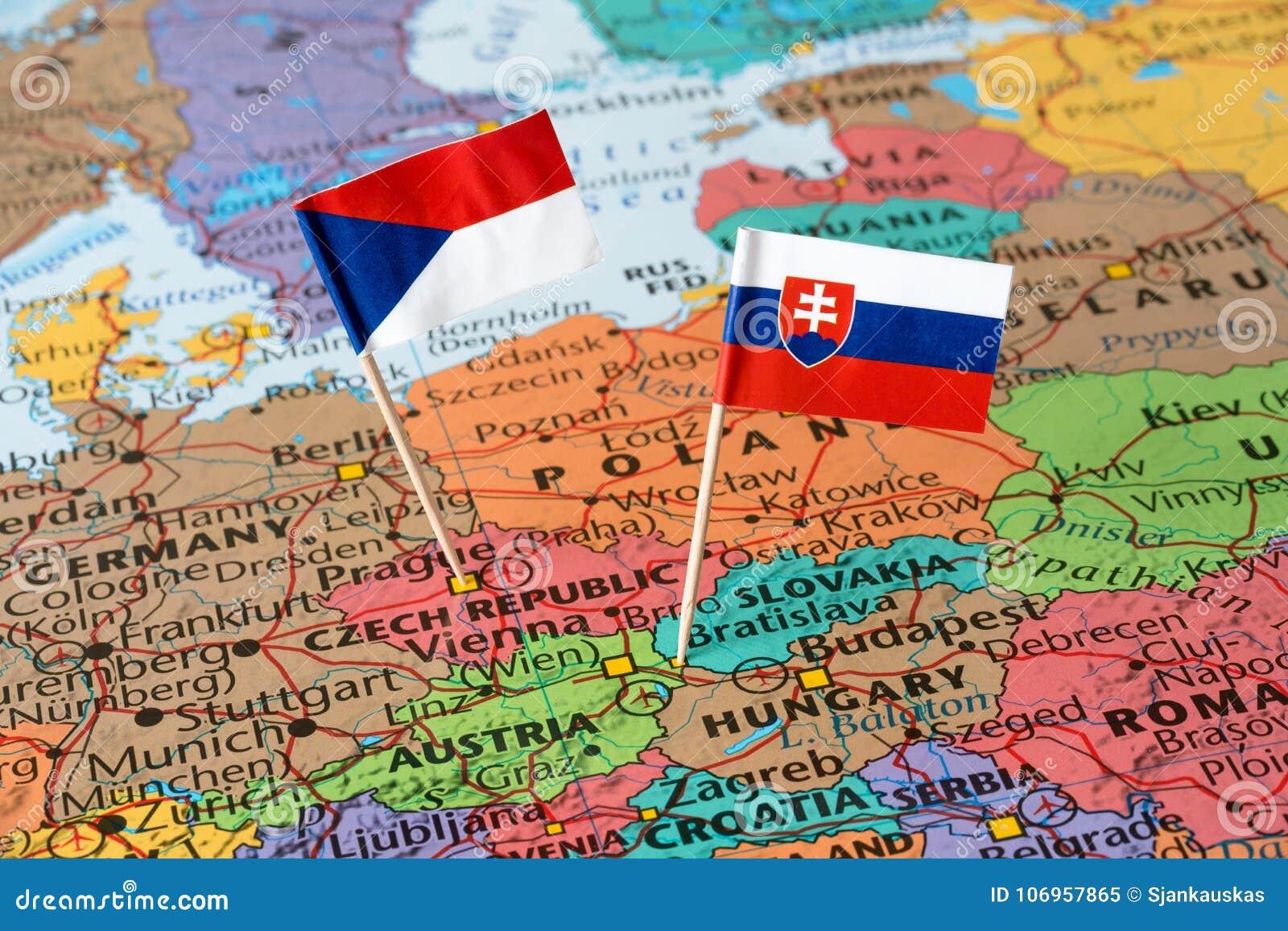 Bandeiras do mapa e do papel de Eslováquia e de República Checa