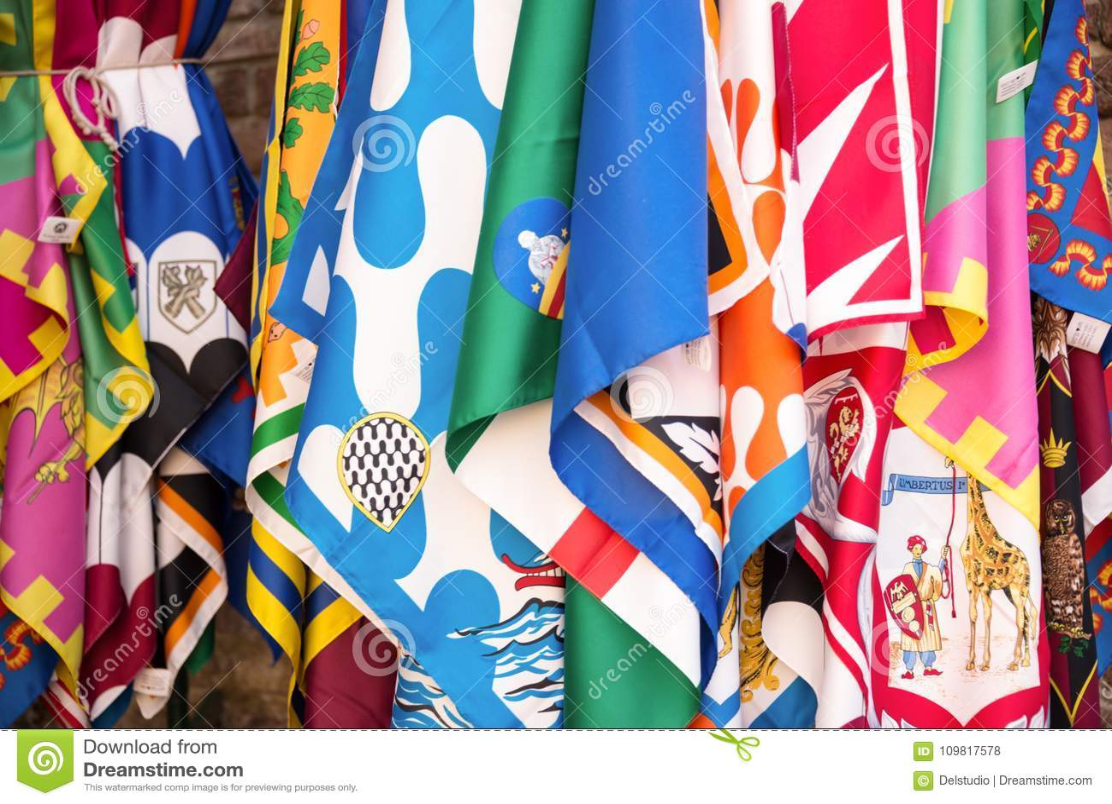 Bandeiras dos distritos do contrade de Siena, fundo do festival de Palio, em Siena, Toscânia Itália