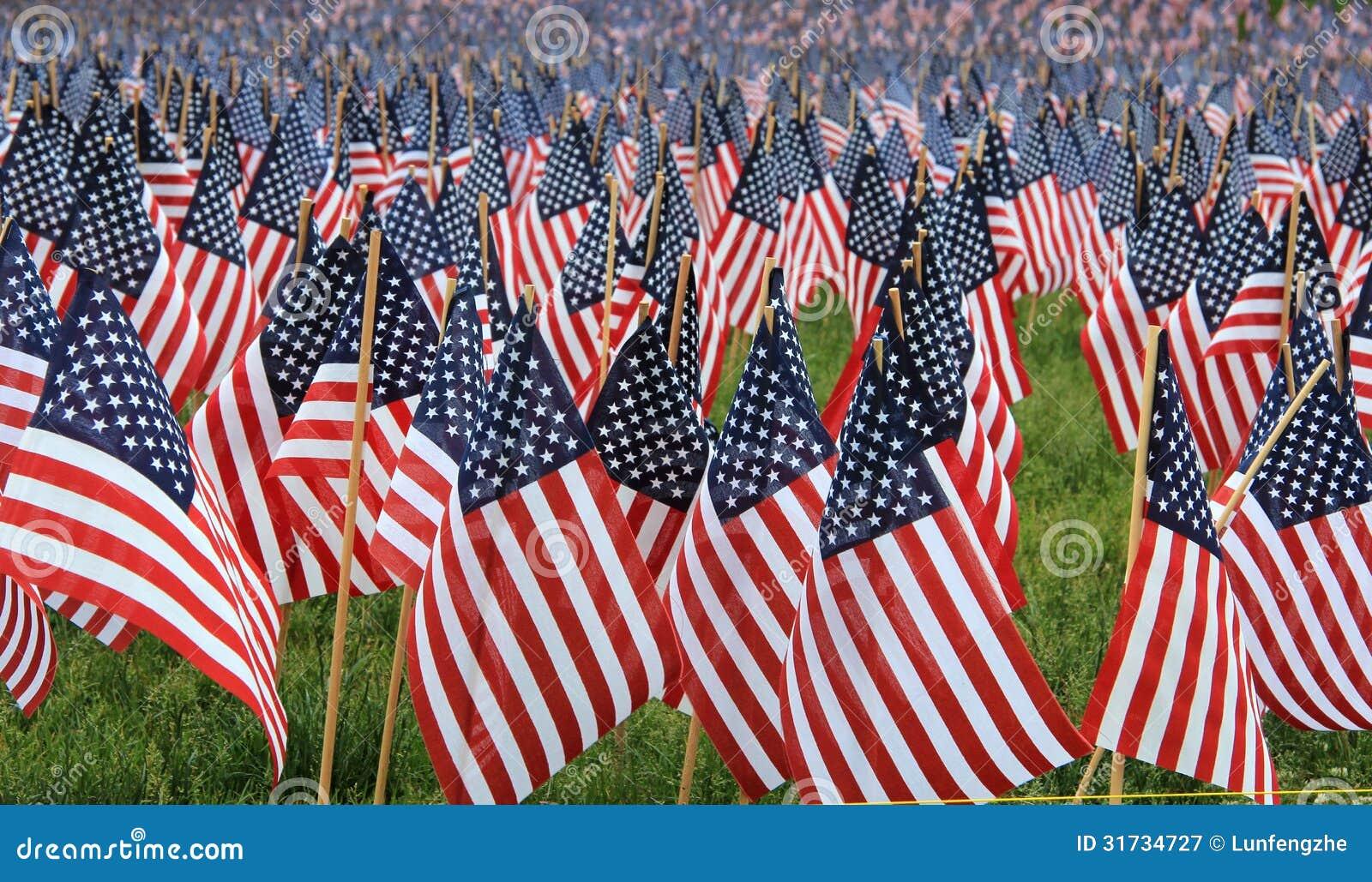 Bandeiras dos E.U. em um memorial