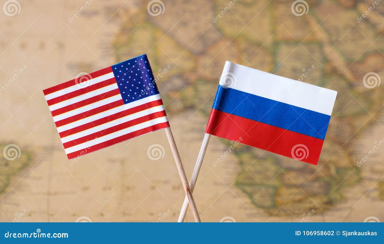 Bandeiras dos EUA e da Rússia sobre o mapa do mundo, imagem do conceito dos países do líder político