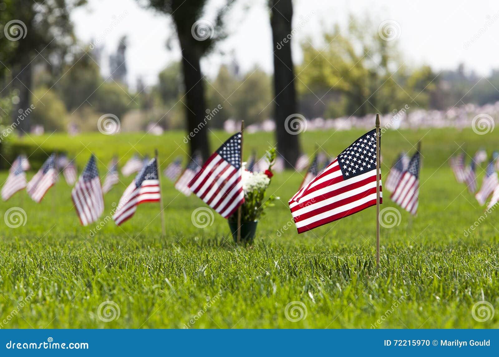 Bandeiras dos EUA no cemitério