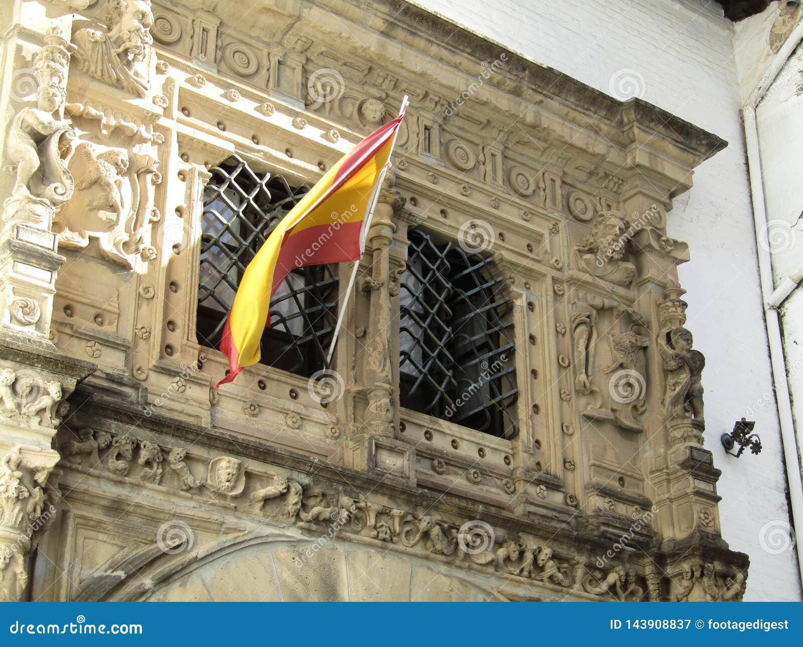 Bandeiras espanholas que voam acima das construções em Sevilha, Espanha