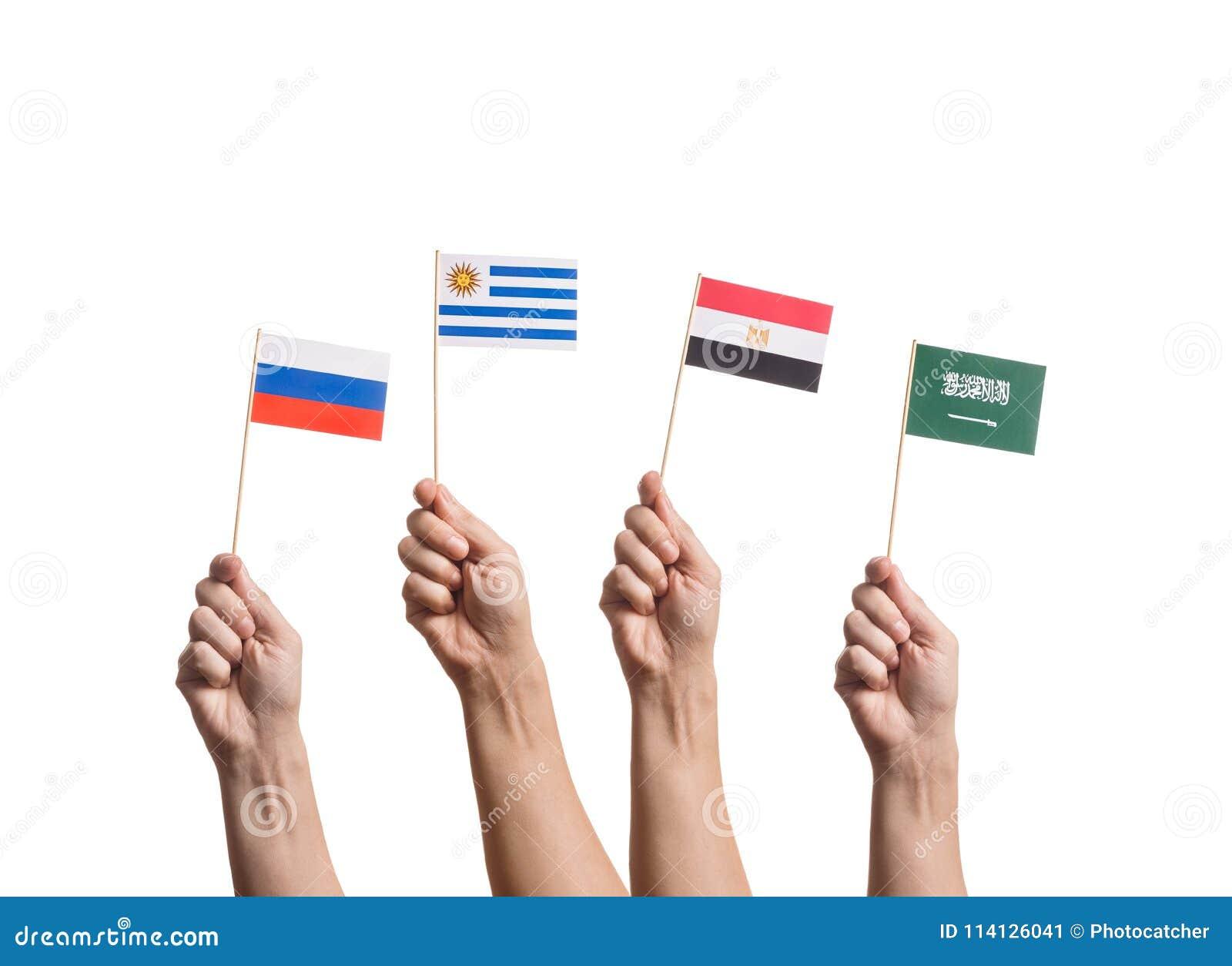 Bandeiras minúsculas nas mãos