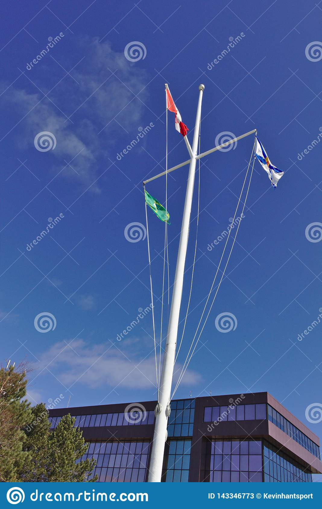Bandeiras no mastro do céu azul