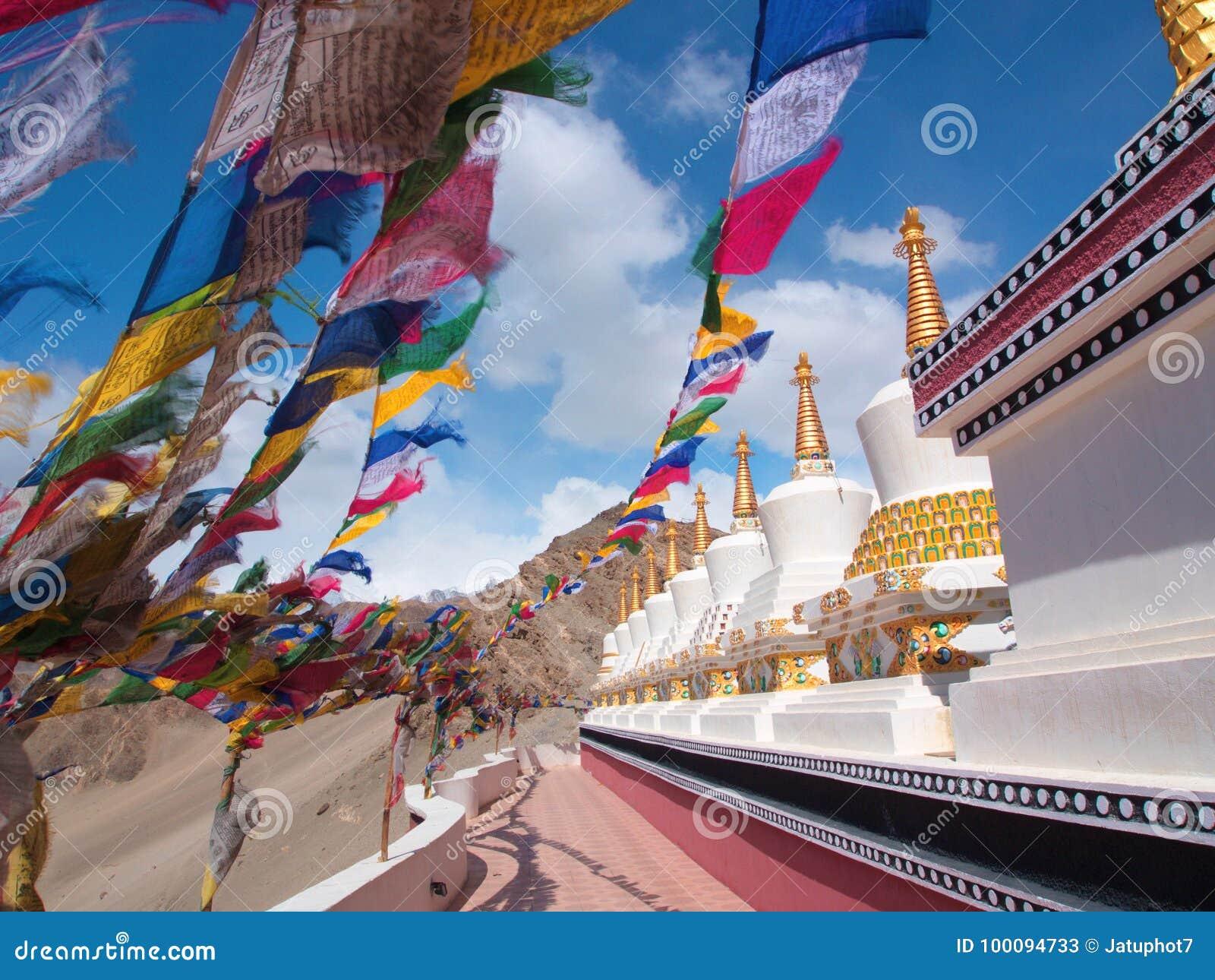Bandeiras tibetanas e Stupa com o vento, Leh, Índia