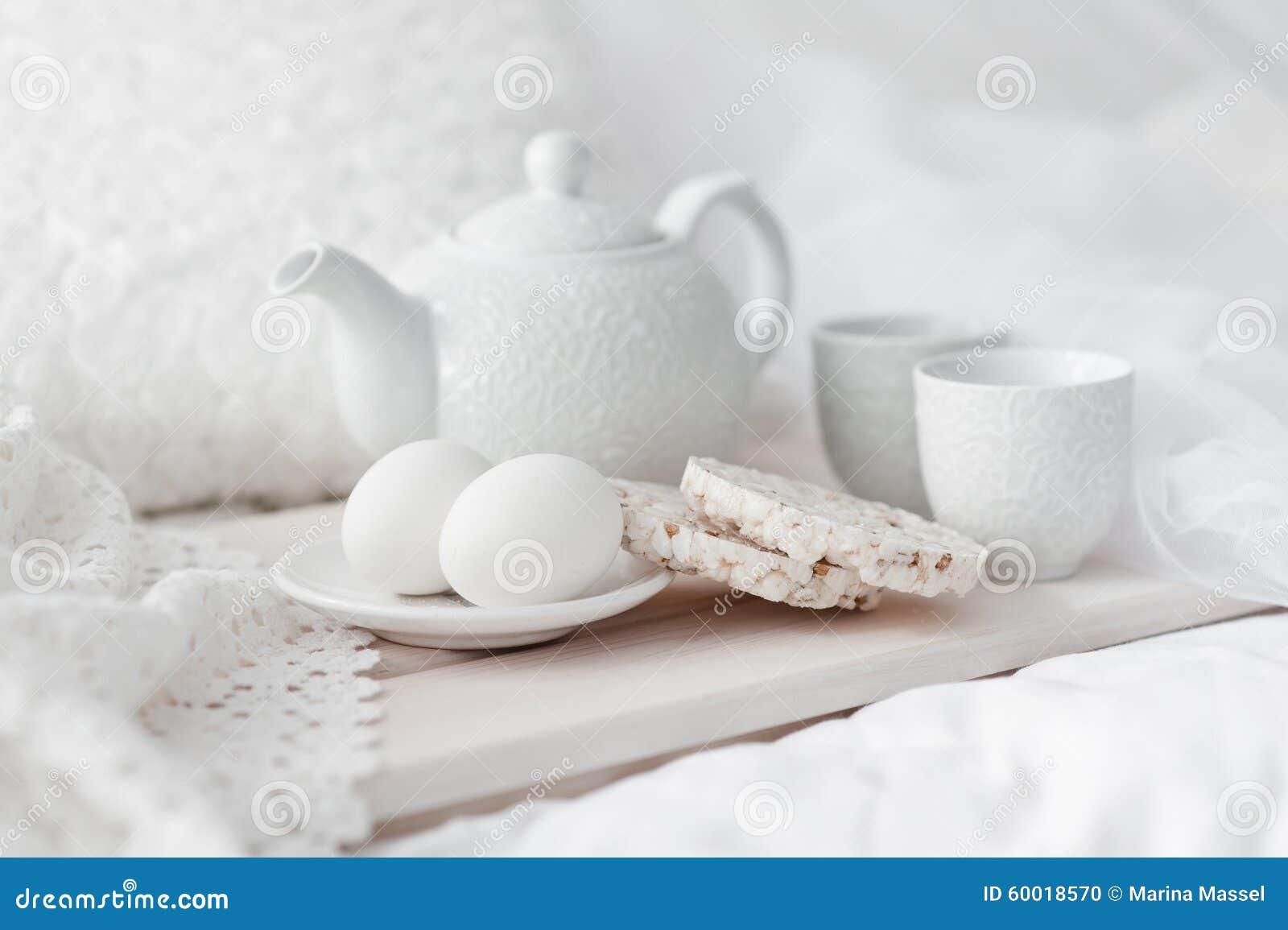 Bandeja con el desayuno en una cama foto de archivo - Bandeja desayuno cama ...