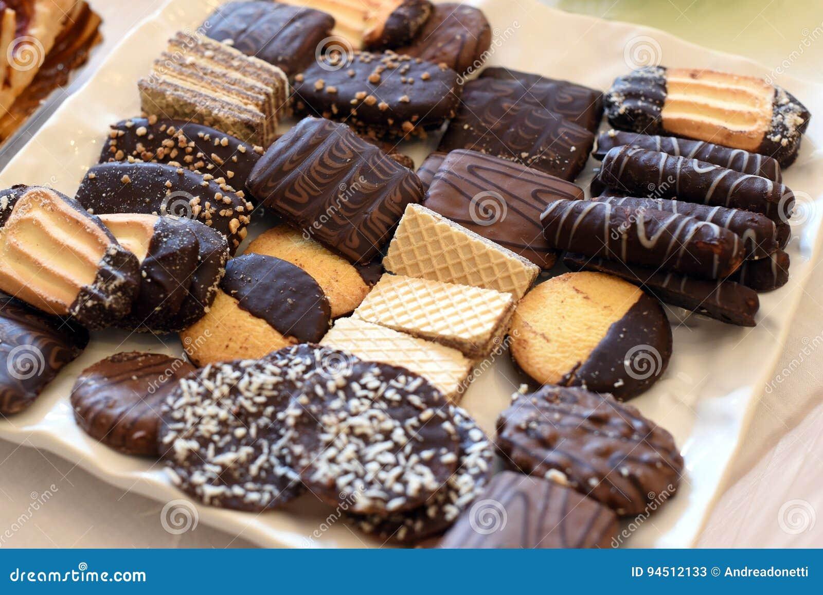 Bandeja con los pasteles y el caramelo clasificados del chocolate