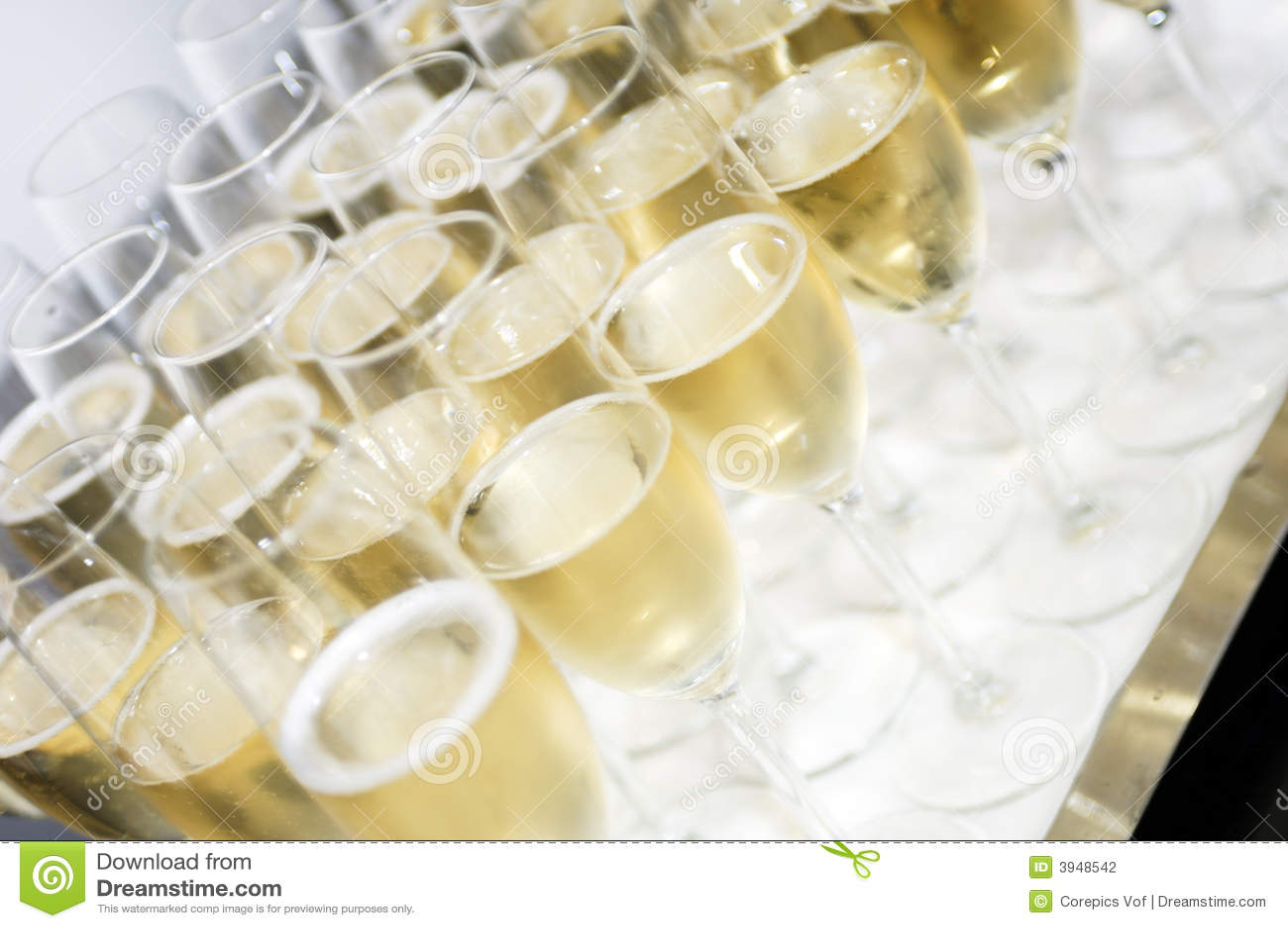Bandeja con los vidrios del champán