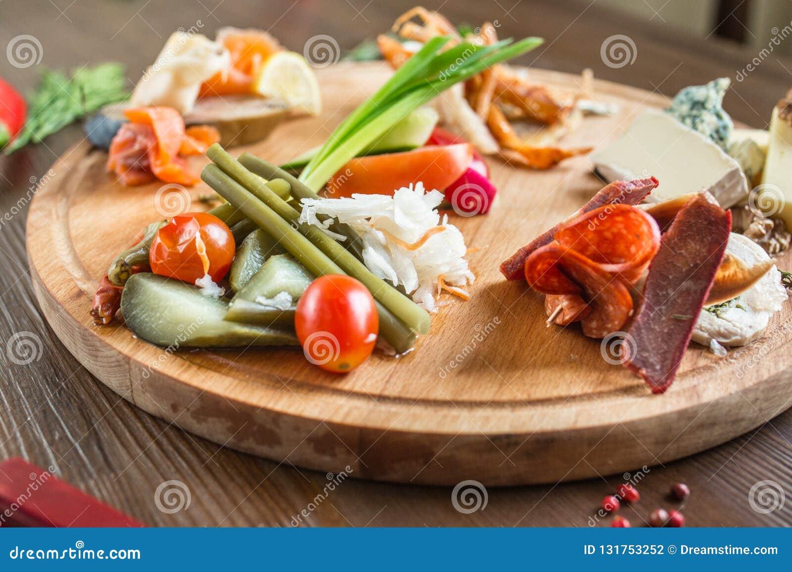 Bandeja da carne em um prato de madeira