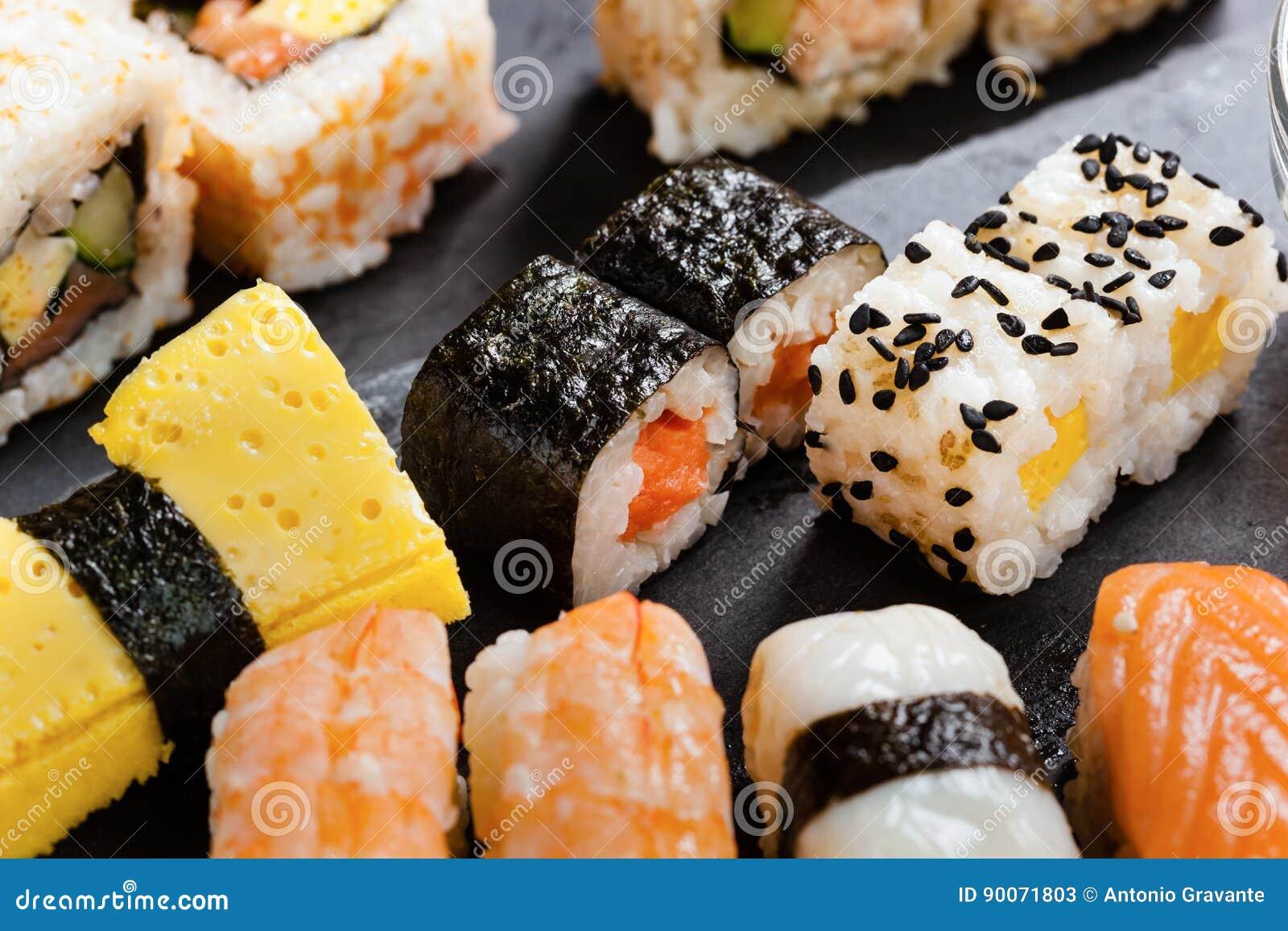 Bandeja de la pizarra de sushi clasificado imagen de archivo imagen de ensalada palillos - Bandejas para sushi ...