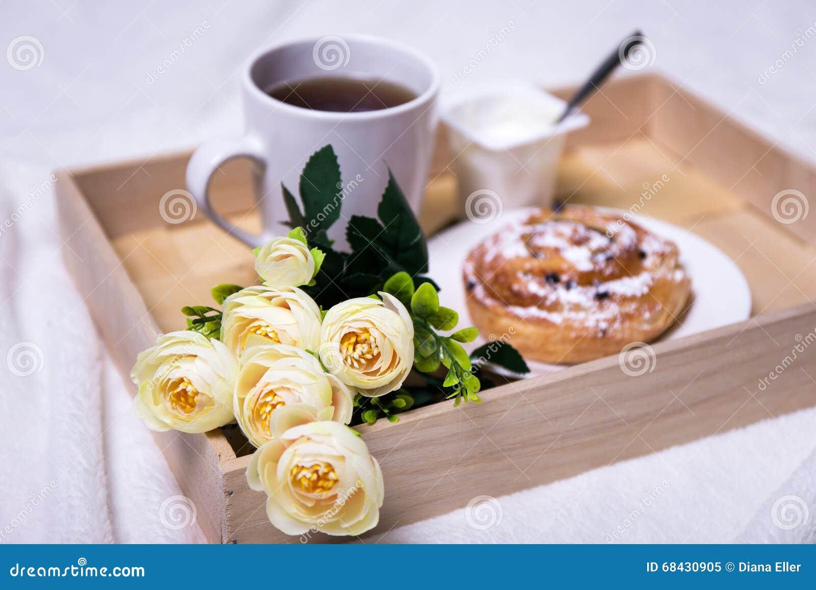 Bandeja de madera con el desayuno y las flores imagen de archivo imagen de croissant bollo - Bandeja desayuno cama ...