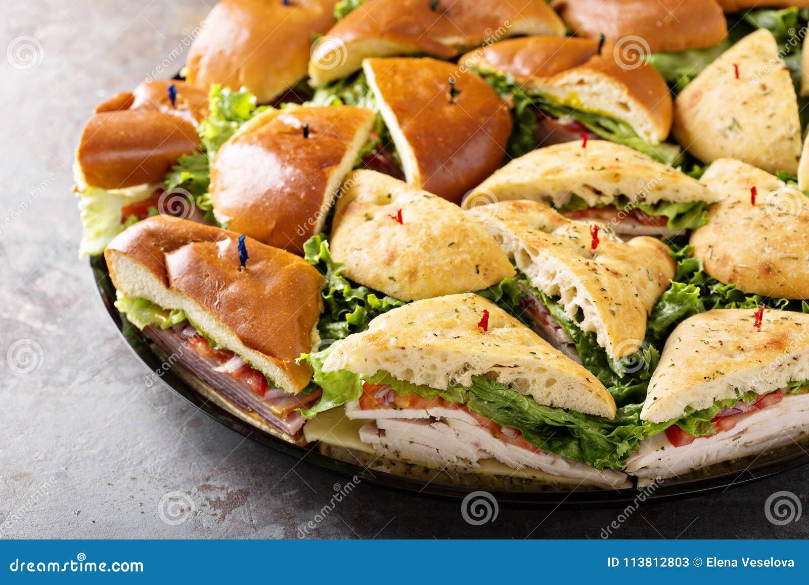 Bandeja de sanduíches do peru e de presunto