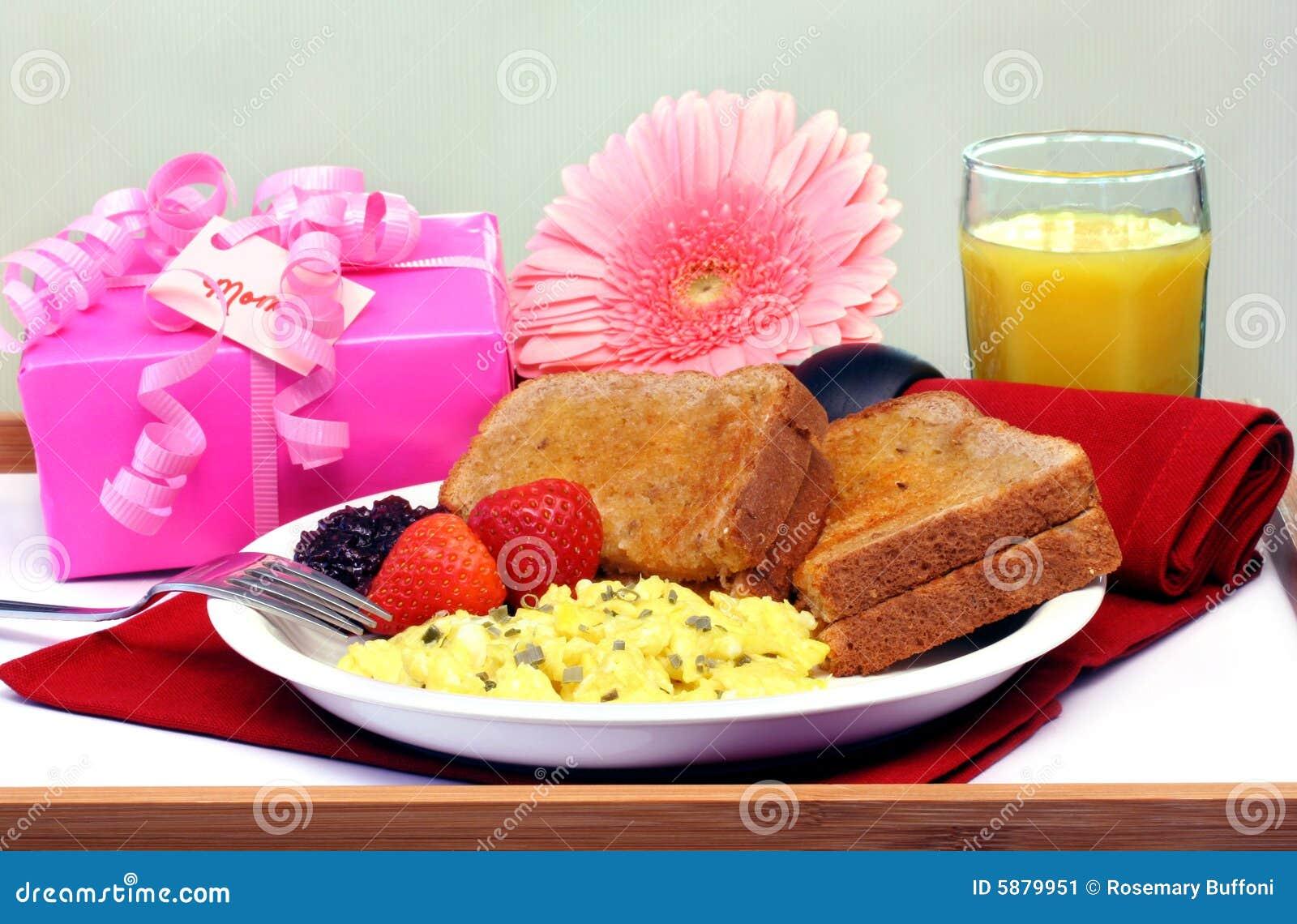 Bandeja del desayuno para la mama imagen de archivo - Bandeja desayuno cama ...