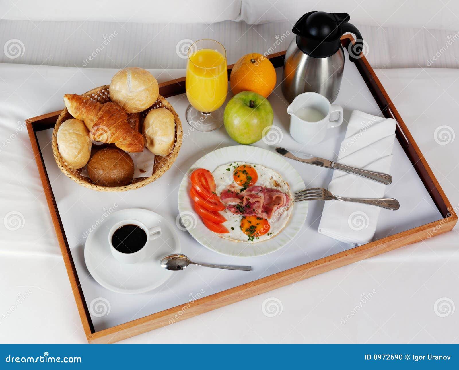 Bandeja del desayuno que pone en la cama blanca foto de - Bandeja desayuno cama ...