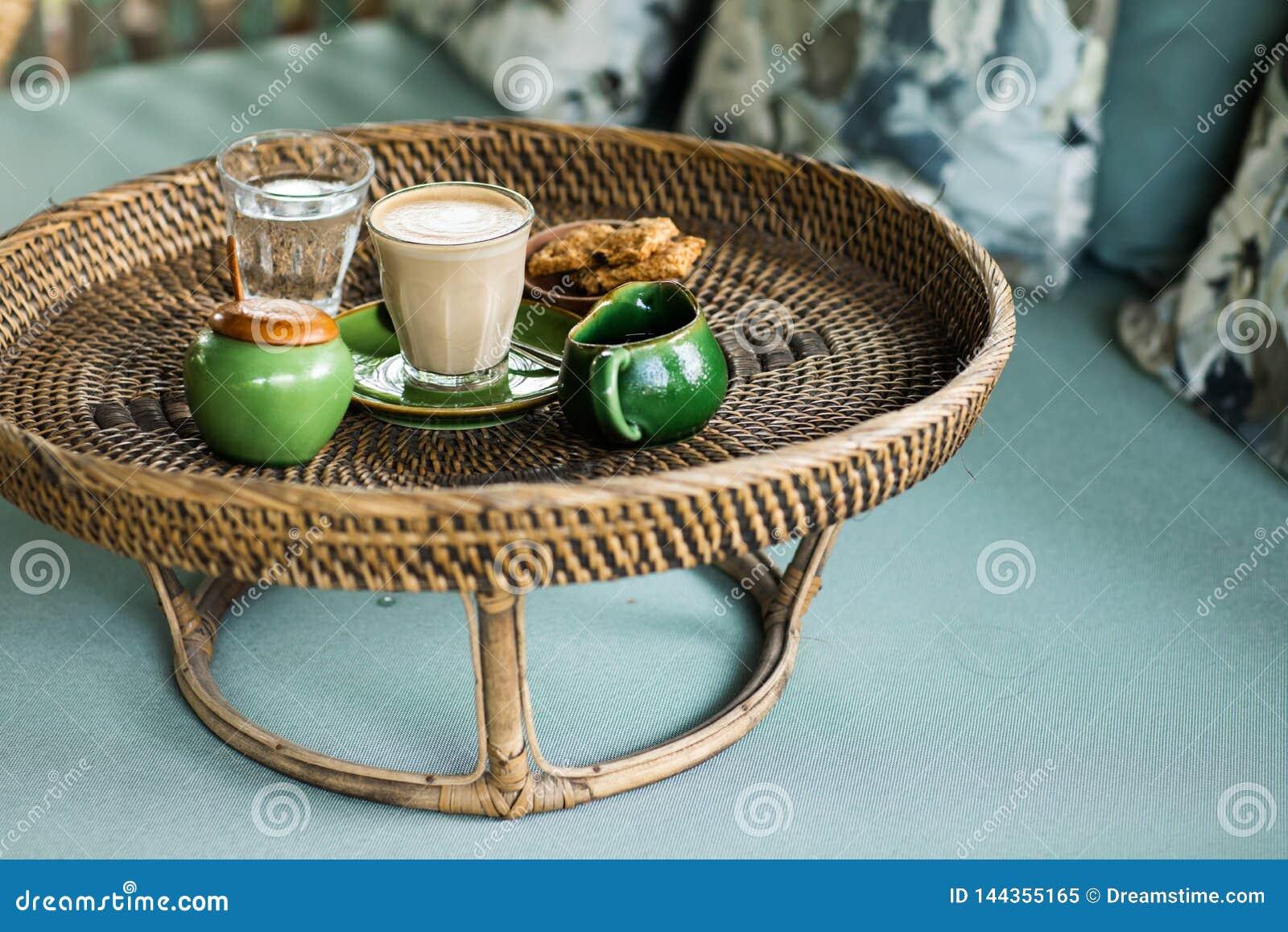 Bandeja do Rattan com cappuccino