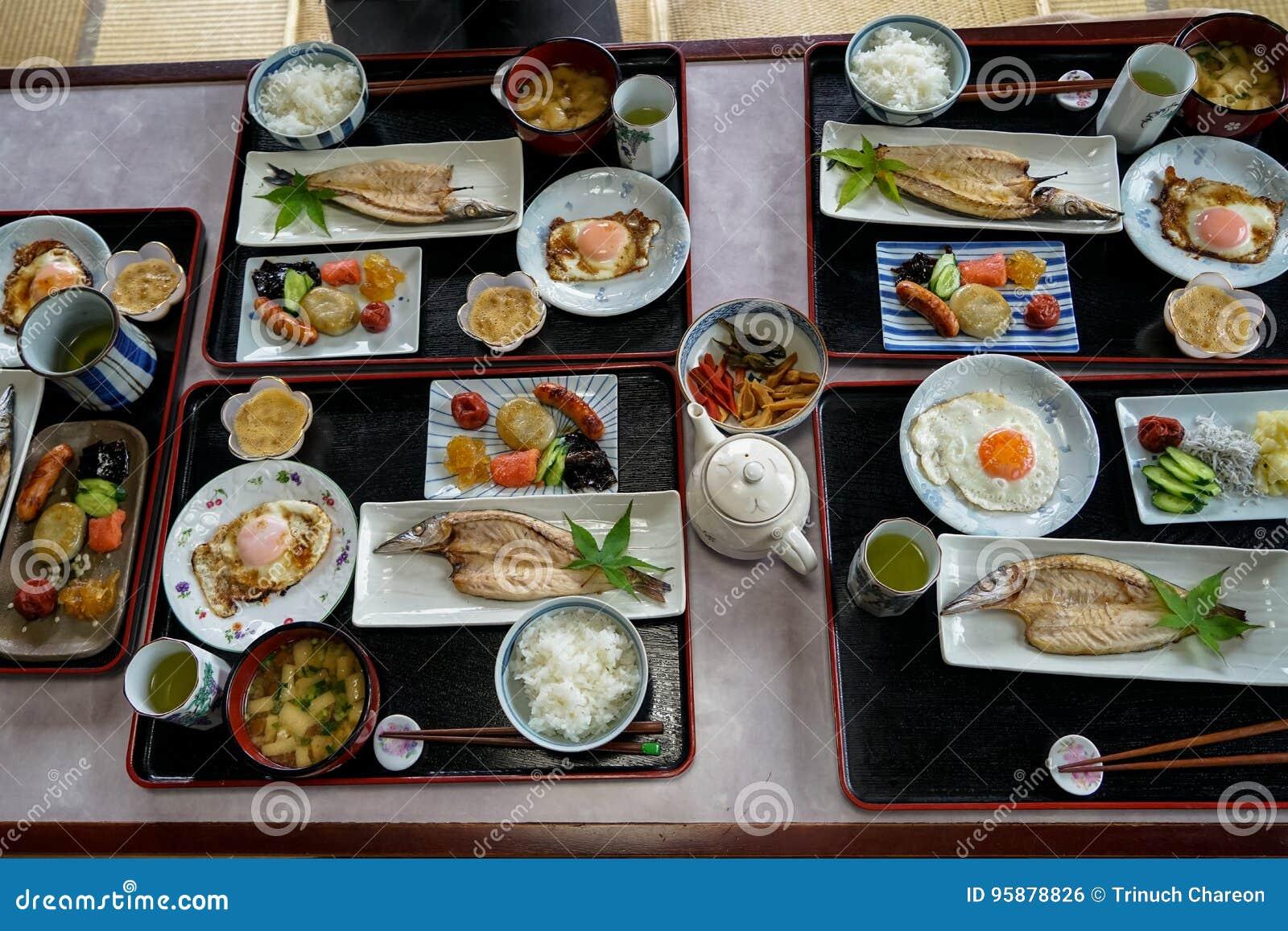 Bandeja japonesa del desayuno del homestay incluyendo el arroz blanco cocinado, pescados asados a la parrilla, el huevo frito, la