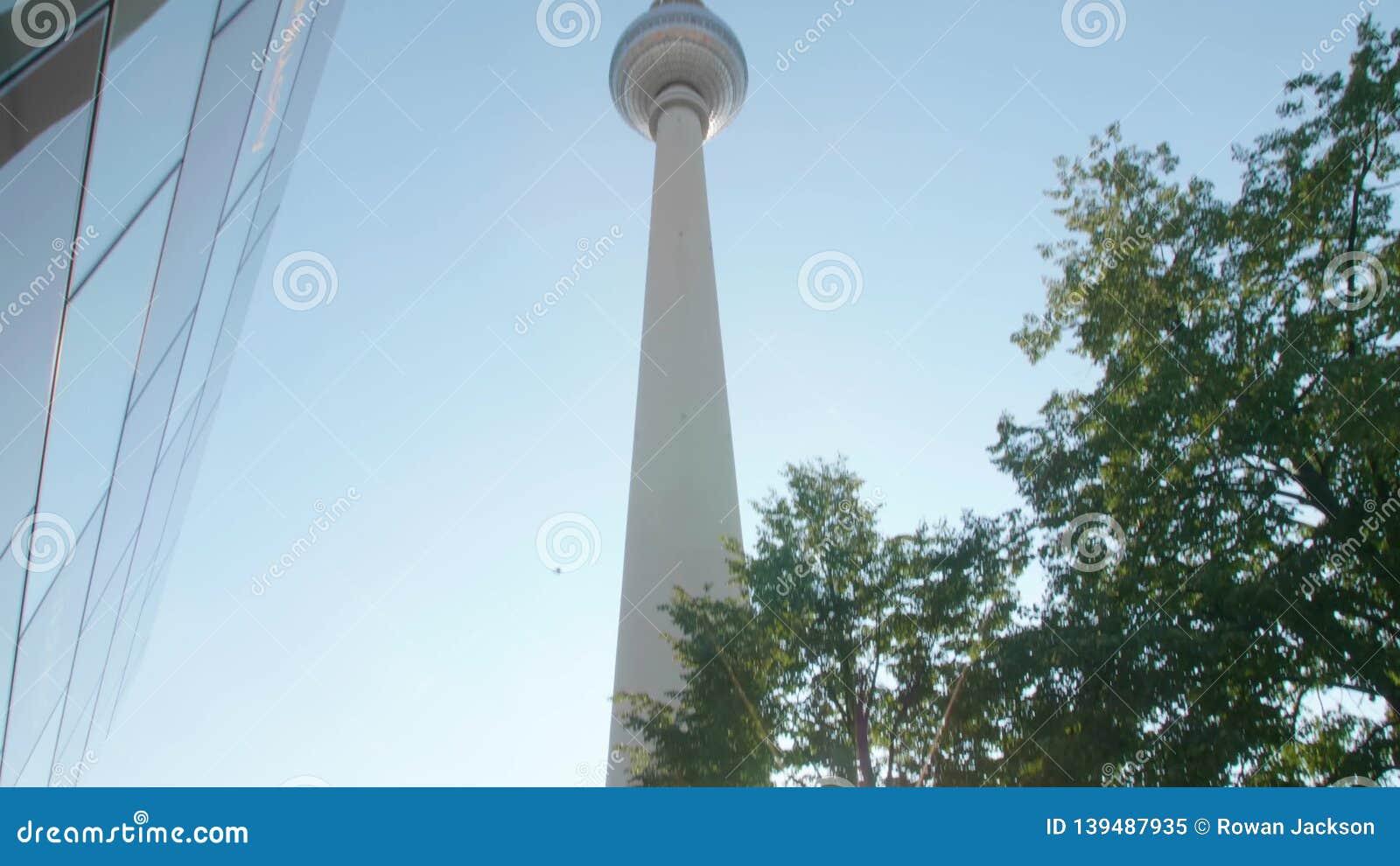 A bandeja larga revela até a torre da tevê em Alexanderplatz video estoque