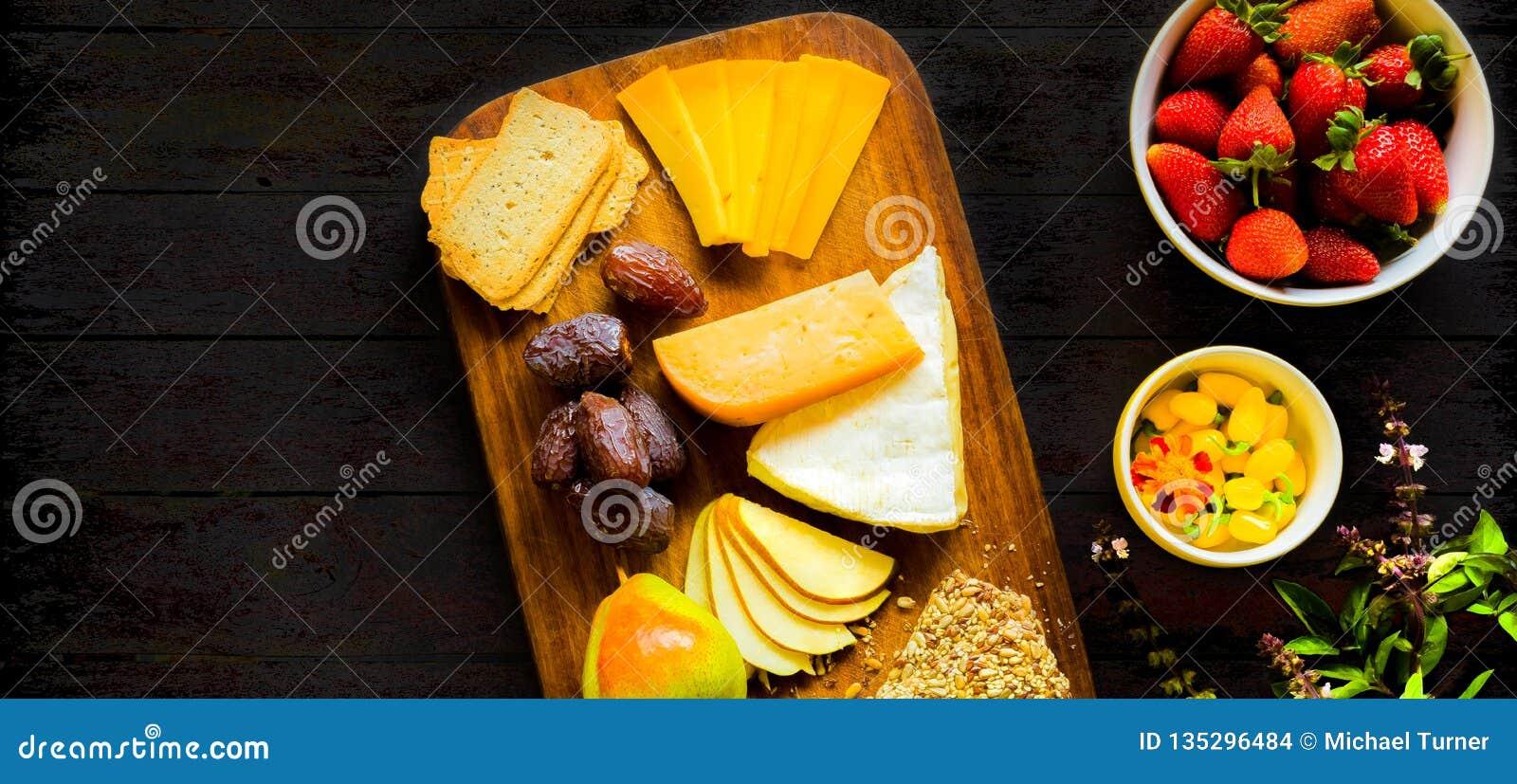 Bandeja lisa do fruto da placa do queijo da opinião superior da configuração