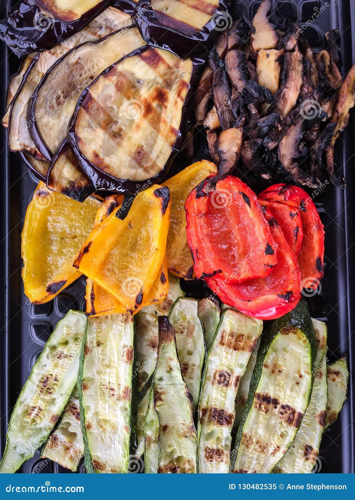 Bandeja llenada de las verduras asadas a la parrilla clasificadas