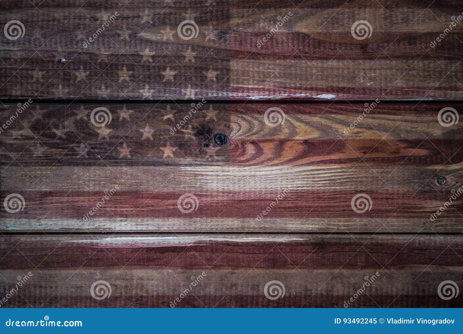 Bandera americana del vintage pintada en un fondo de madera rústico envejecido, resistido
