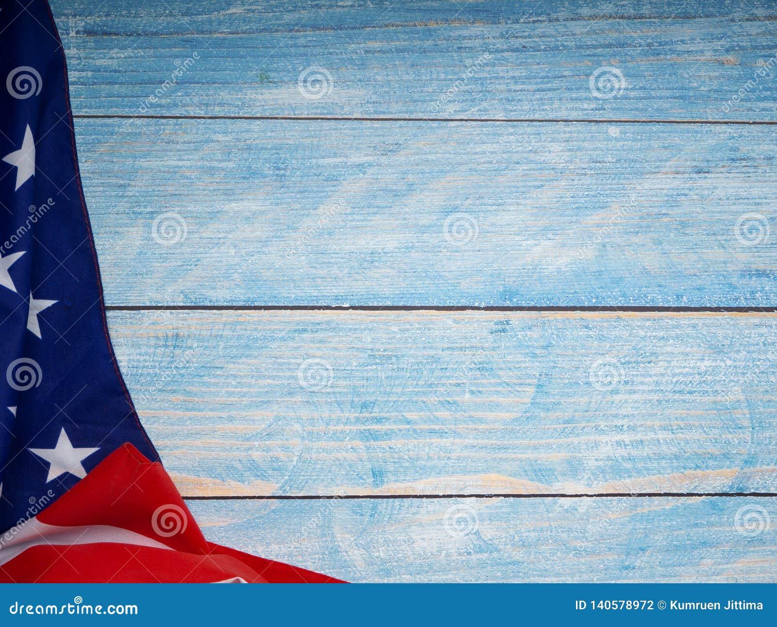 Bandera americana en de madera azul