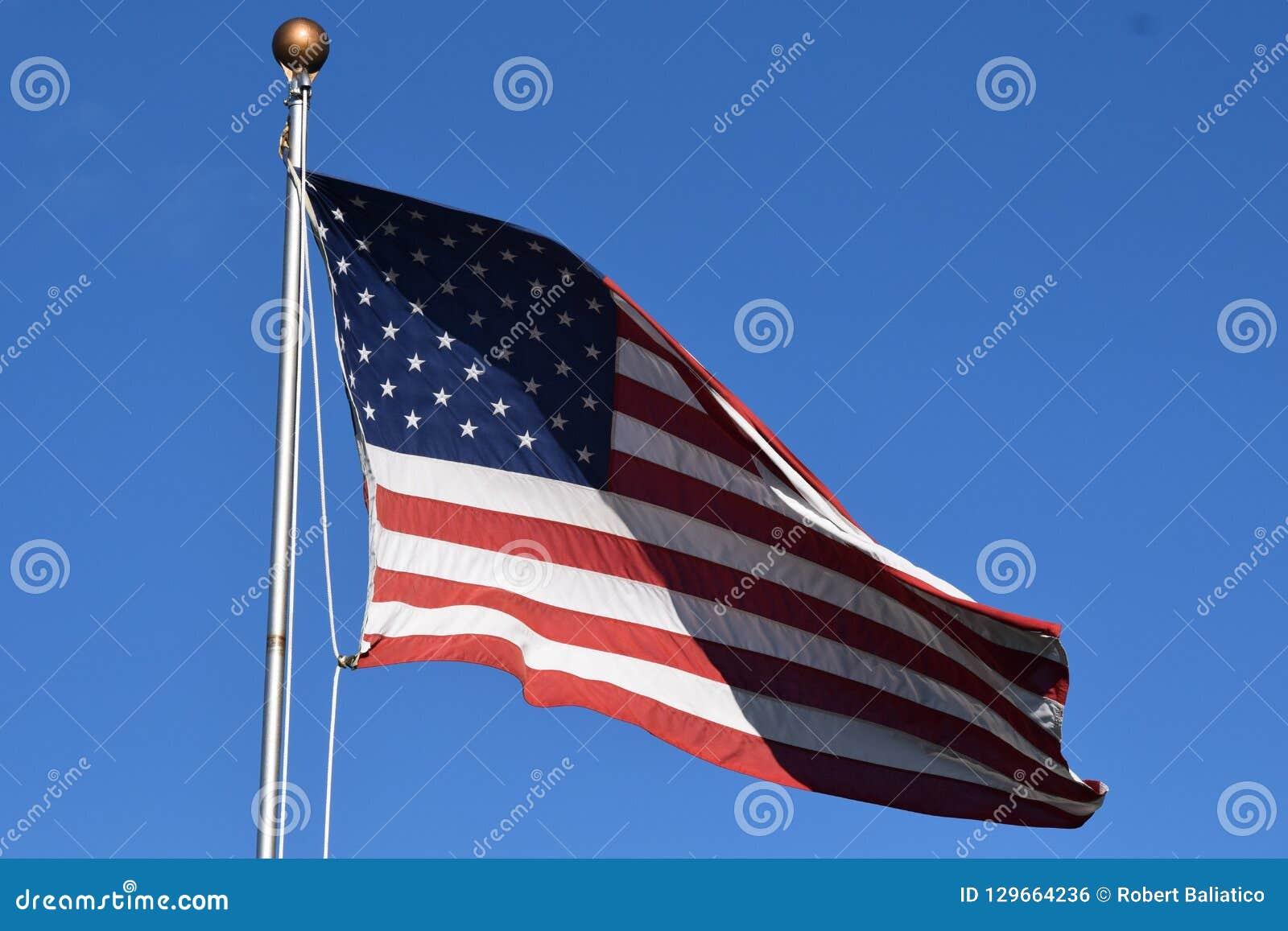 Bandera americana que agita en un poste