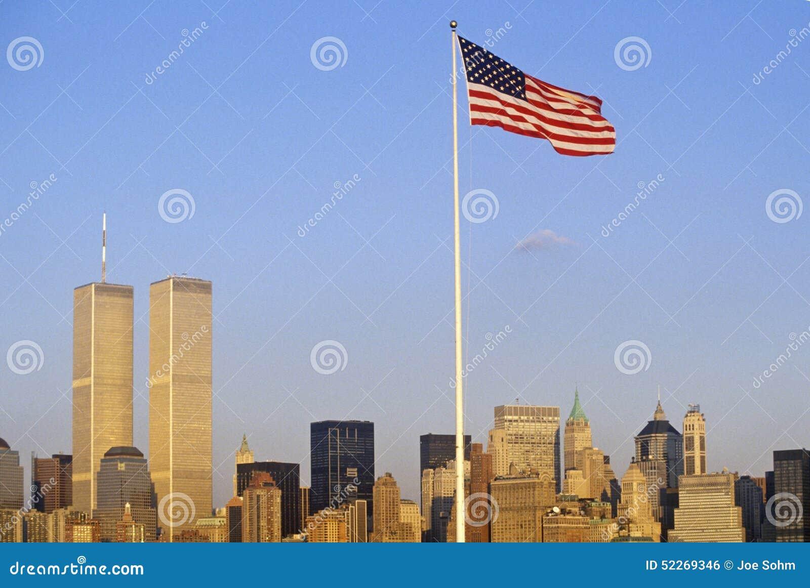 Bandera americana que vuela sobre el horizonte de New York City del puerto de Nueva York, NY