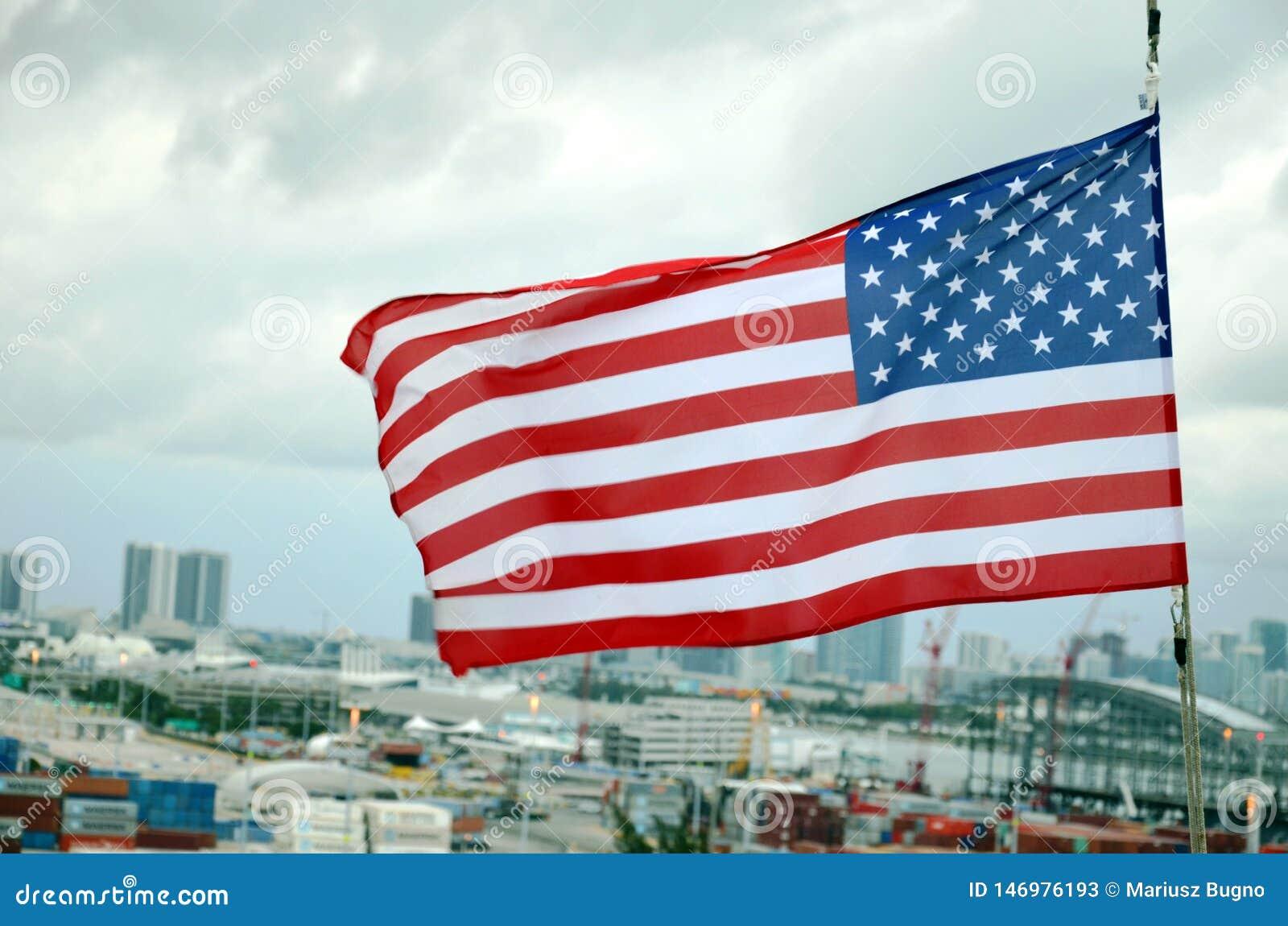 Bandera americana sobre el puerto de Miami, la Florida
