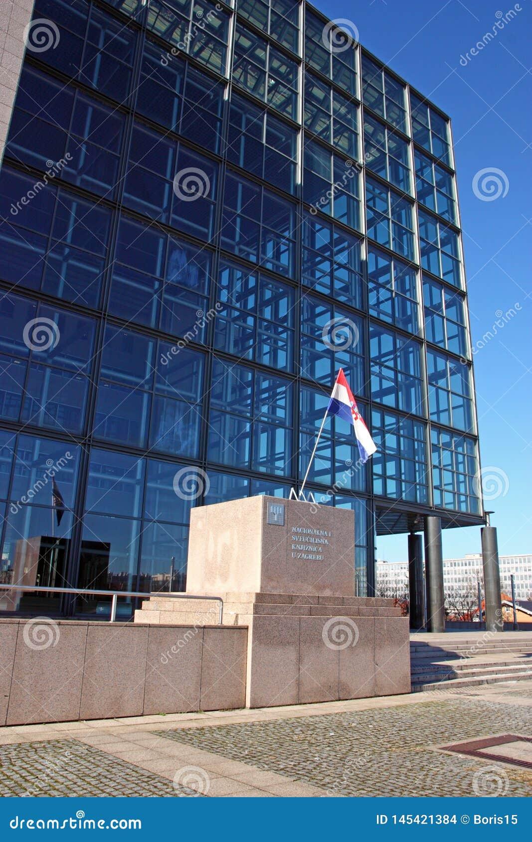 Bandera croata delante de la biblioteca del nacional y de universidad en Zagreb, Croacia