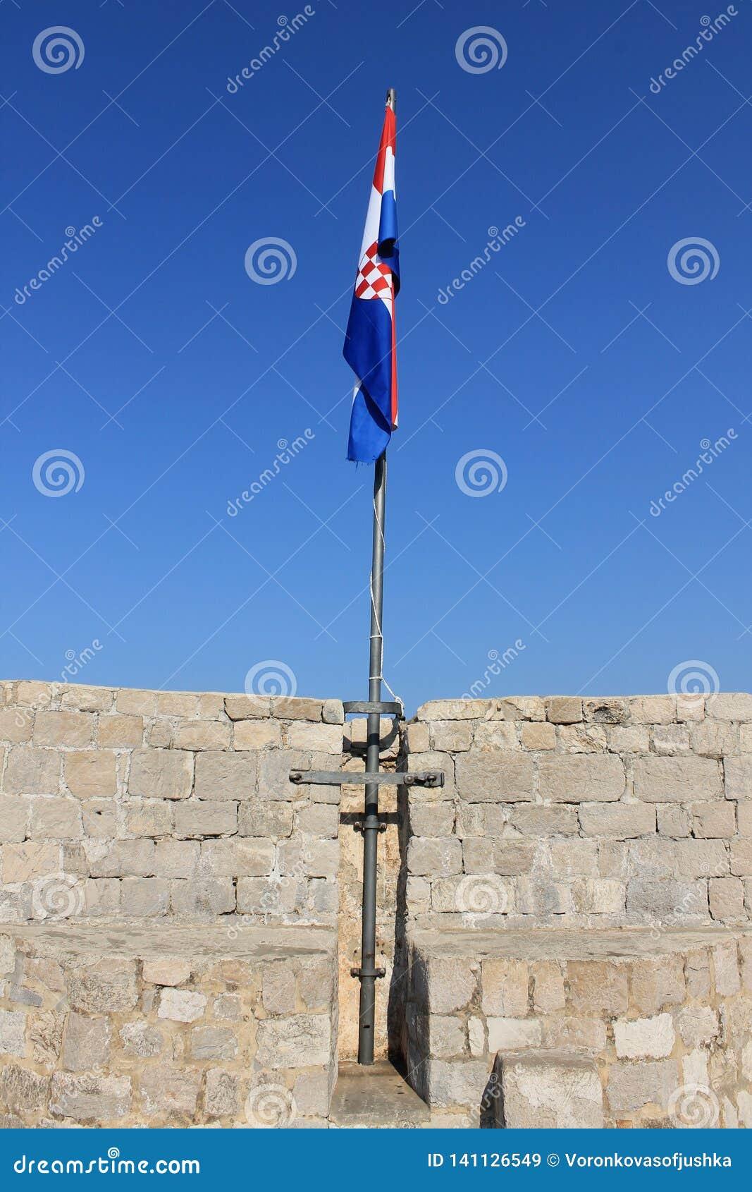 Bandera croata en la pared de la fortaleza